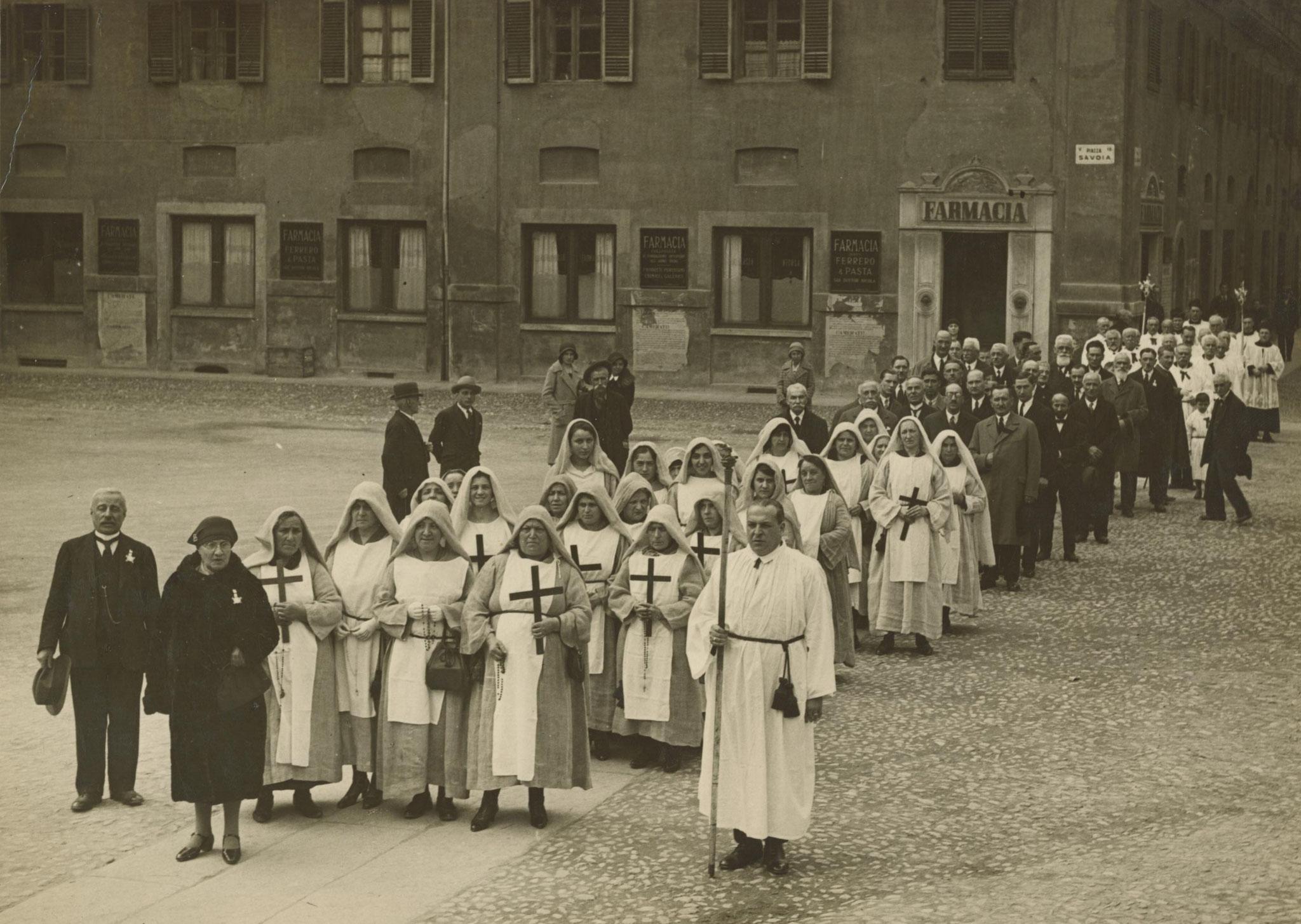 Processione delle Consorelle e dei Confratelli lungo l'attuale Piazza Savoia, anni '30 del Novecento