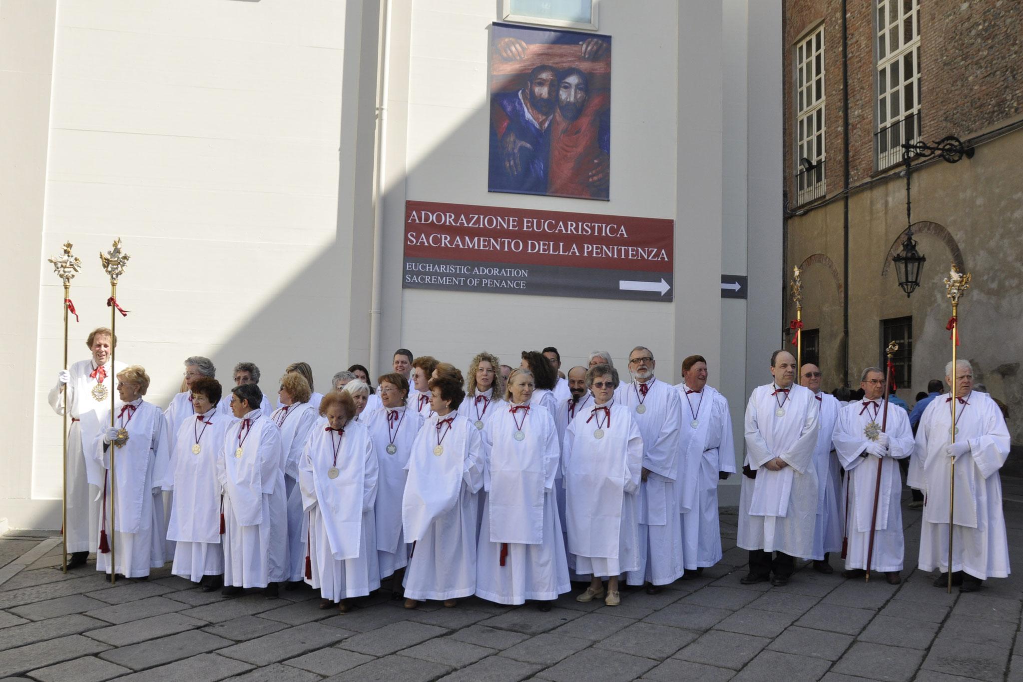 17 aprile 2010, i Confratelli presso la Cattedrale per assistere all'Ostensione della Sindone