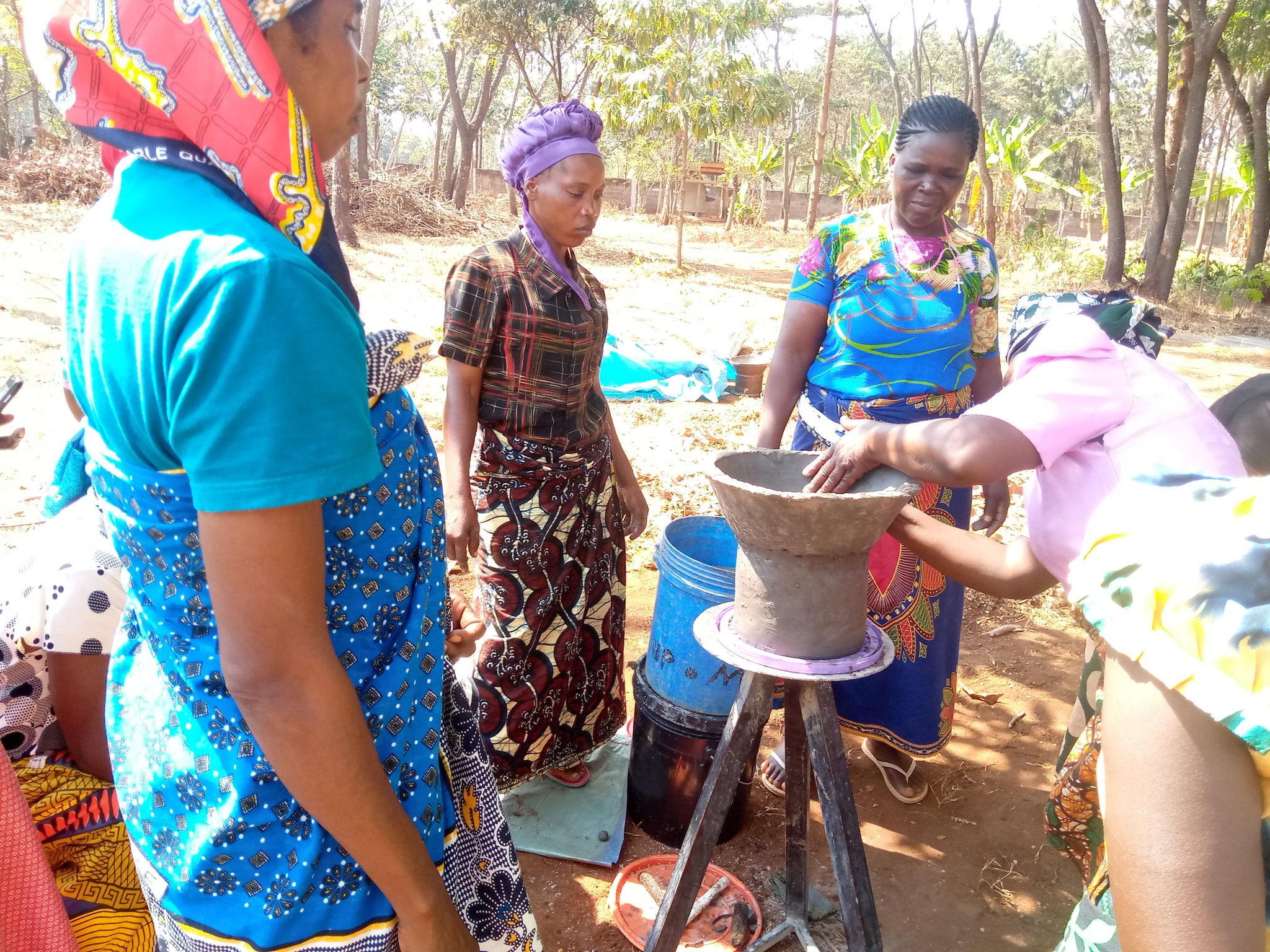 "© Bild: ""Rosemary Turuka"" Praxisunterricht zum Ofenbau aus Ton"