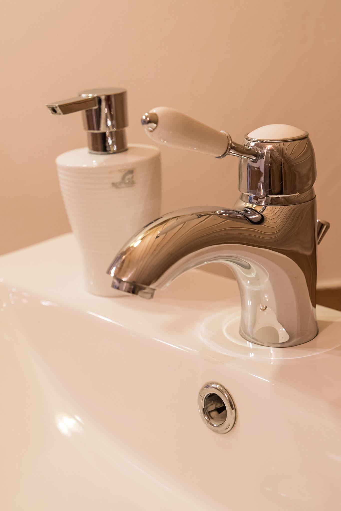 Wasserhahn im Badezimmer Fewo Wald-Blick