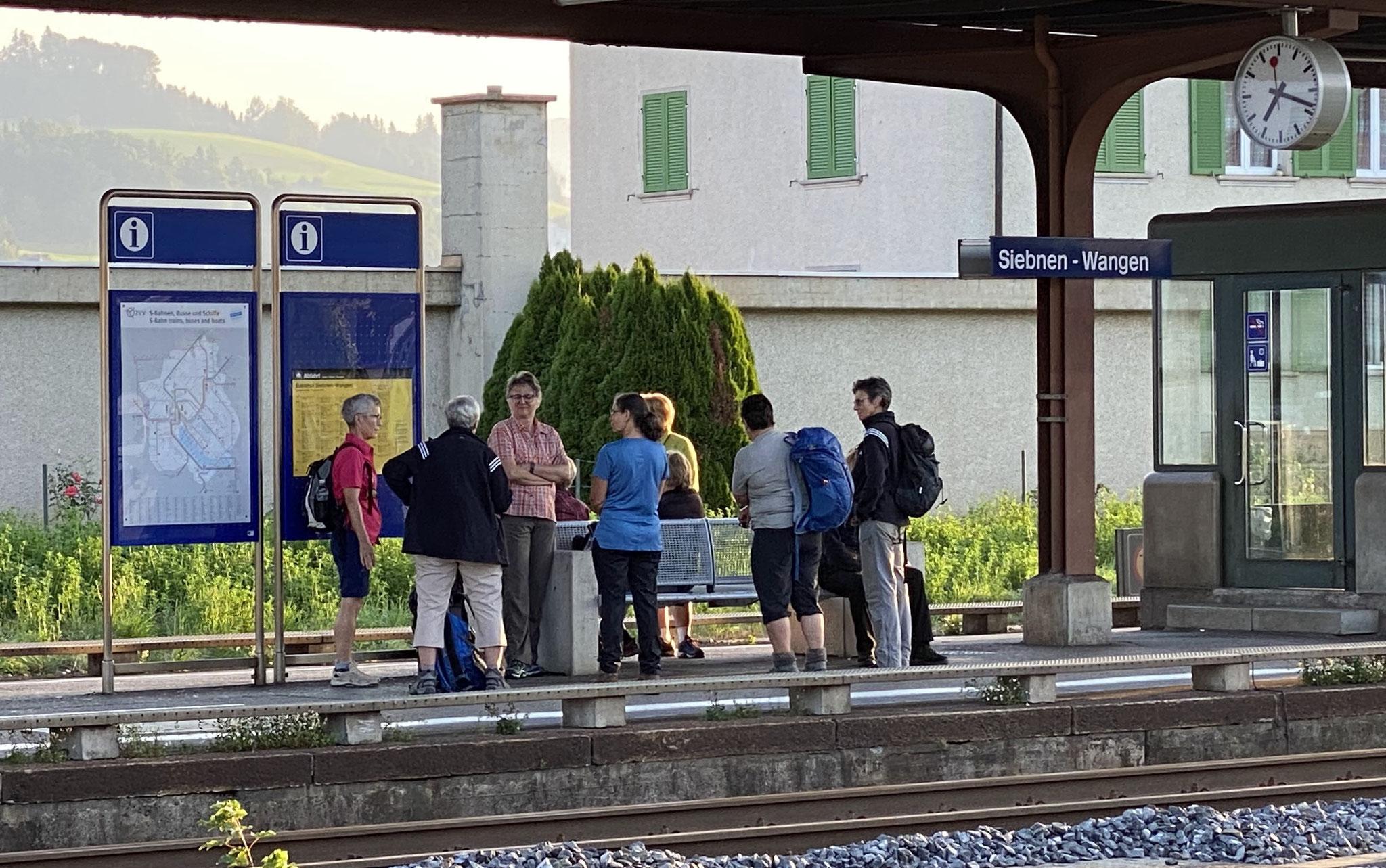 Besammlung beim Bahnhof Siebnen-Wangen