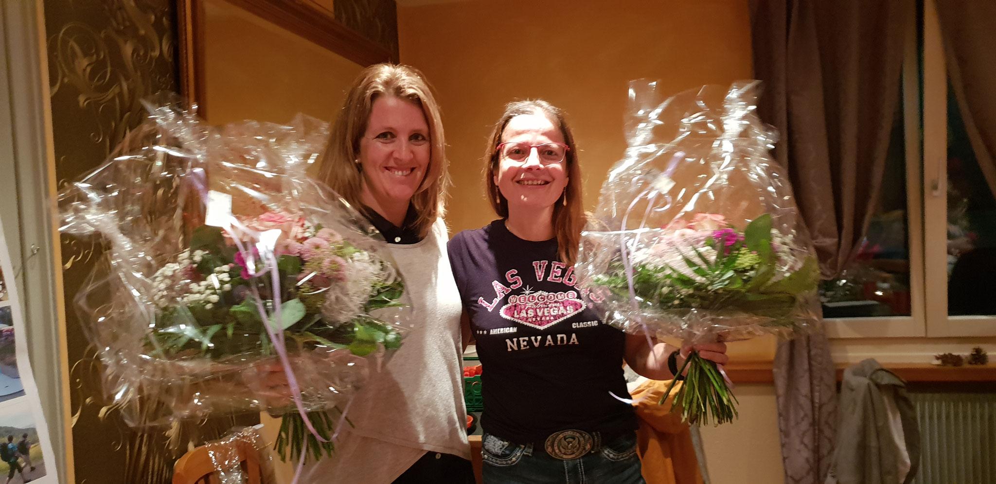Die Tombola-Frauen bekommen einen wunderschönen Blumenstrauss für ihre Arbeit für die Tombola