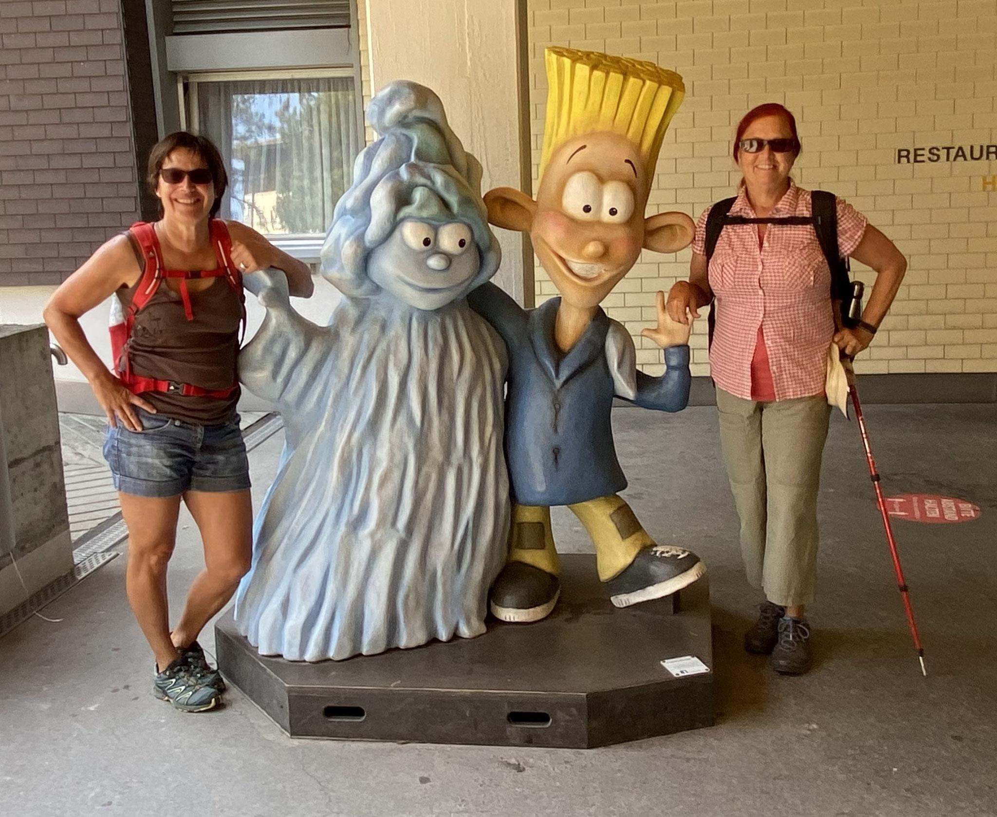 Unsere zwei Reiseleiterinnen mit Zugiblubbi + Freund