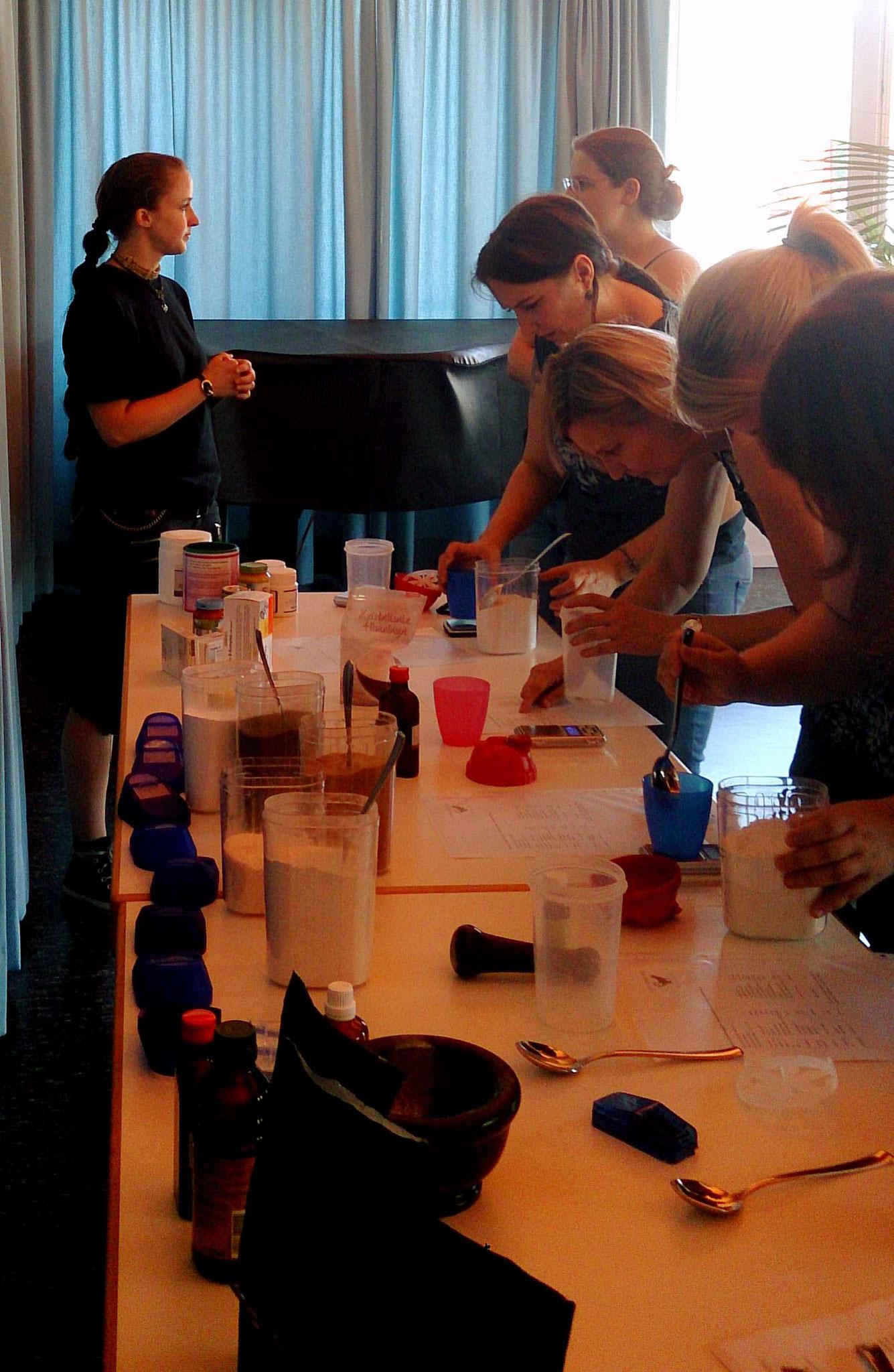 """Ein ganzer Tisch voller """"Zutaten"""" zur Nährstoffergänzung"""