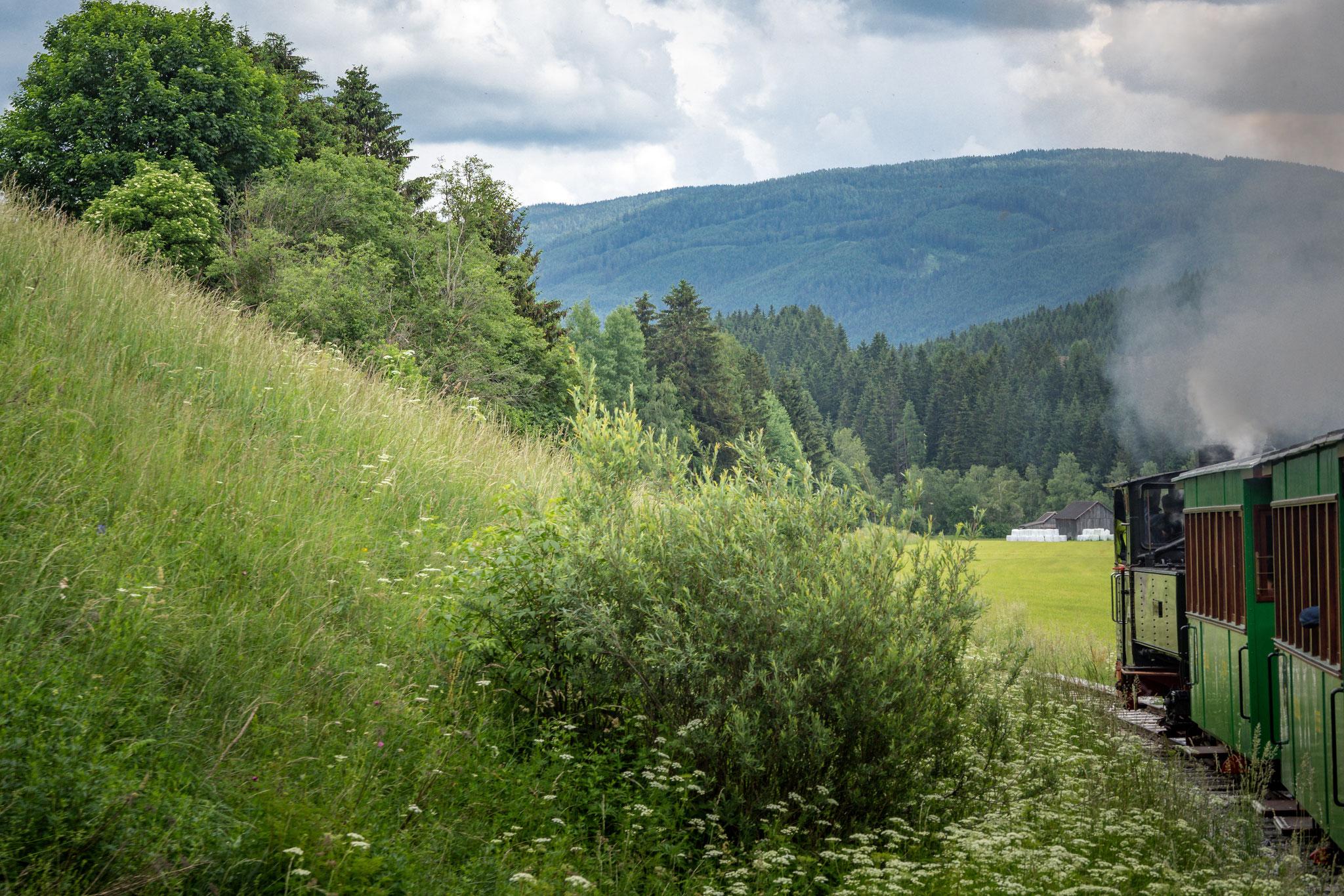 Es schnaubt und zischt, wenn die Schmalspurbahn auf nur 760 mm breiten Schienen schwankend und ruckelnd mit Volldampf von Mauterndorf nach St. Andrä fährt.
