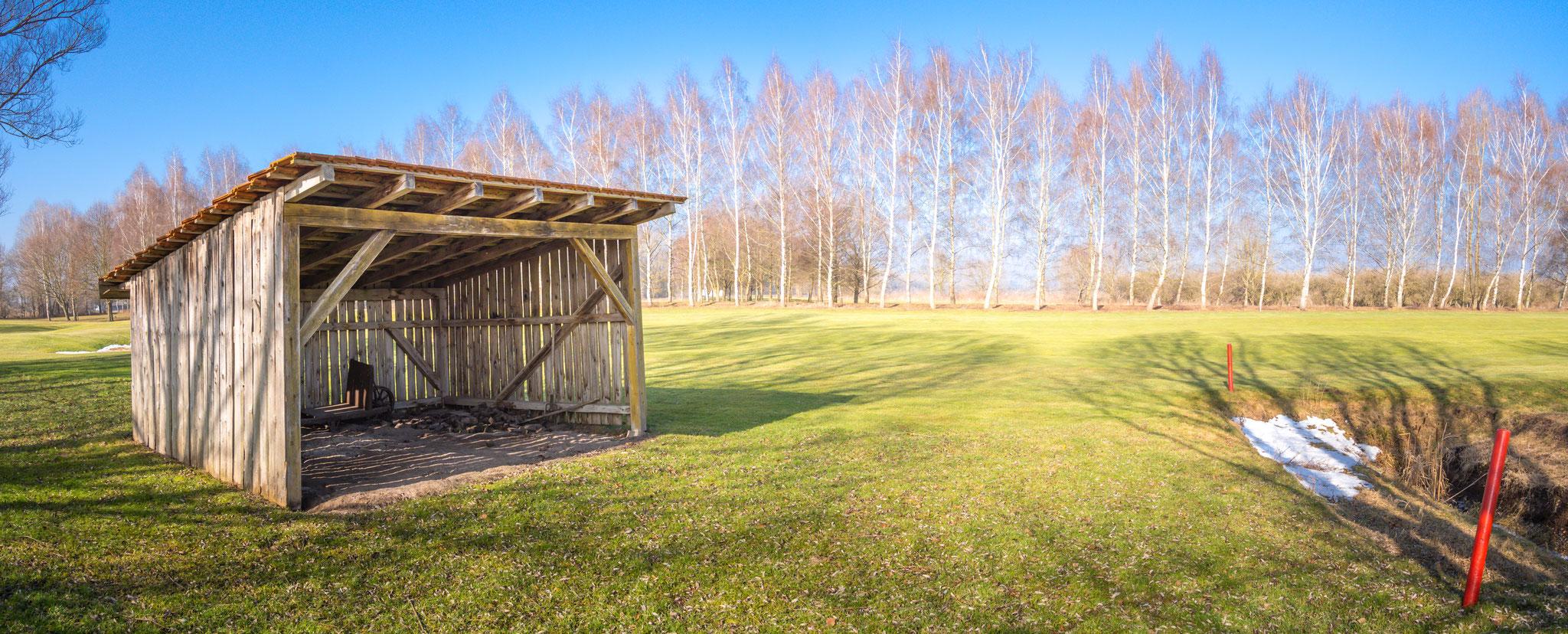 Restaurierte Torfhütte im Golfplatz Eschenried