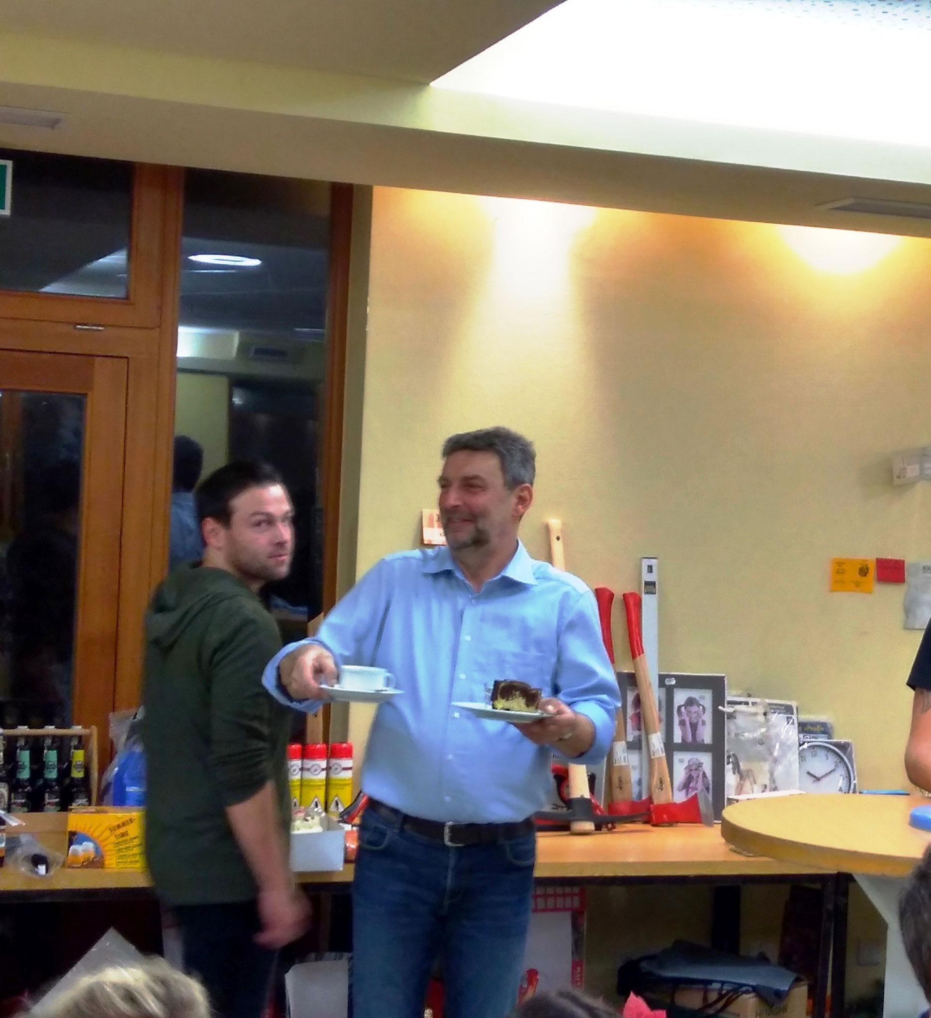 Nach den zahlreichen Gockln von der Metzgerei Wagner wurden auch Kaffee und Kuchen versteigert...