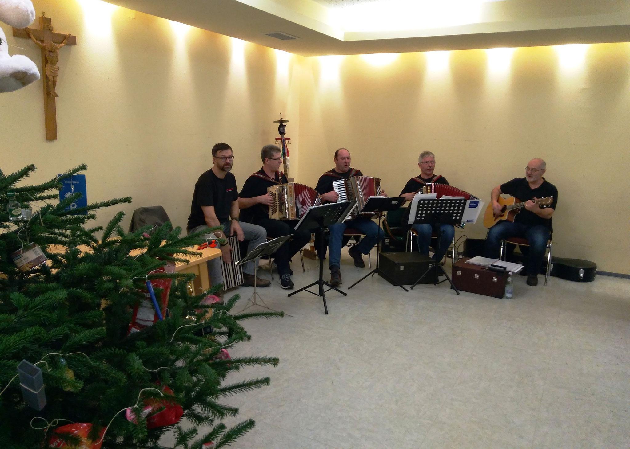 """Musikalische Unterhaltung kam in diesem Jahr von der Muschenrieder Band """"Vom Dorf oi"""""""