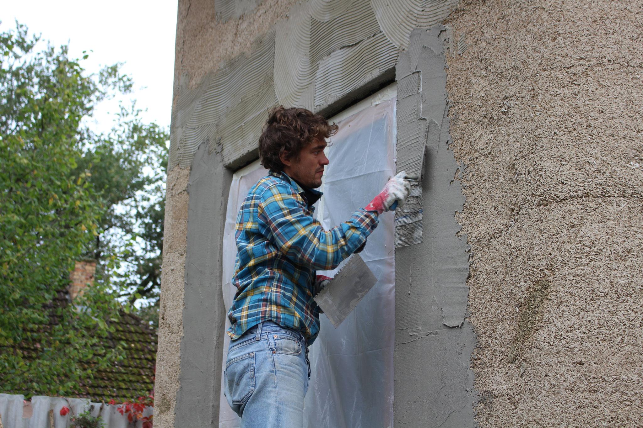Feinarbeit: Fenster und Türen mit Kalkputz anarbeiten - Foto: Henrik Pauly