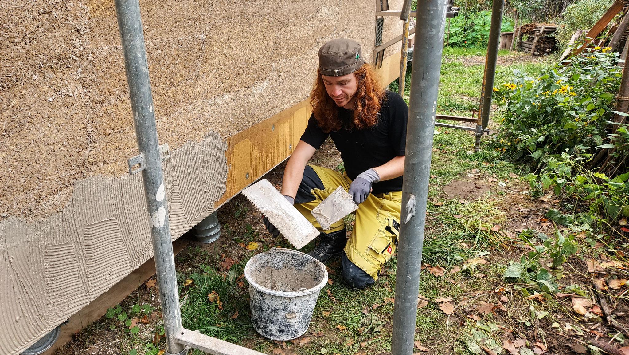 Haftputz auftragen auf die Holzweichfaserdämmung - Foto: Henrik Pauly