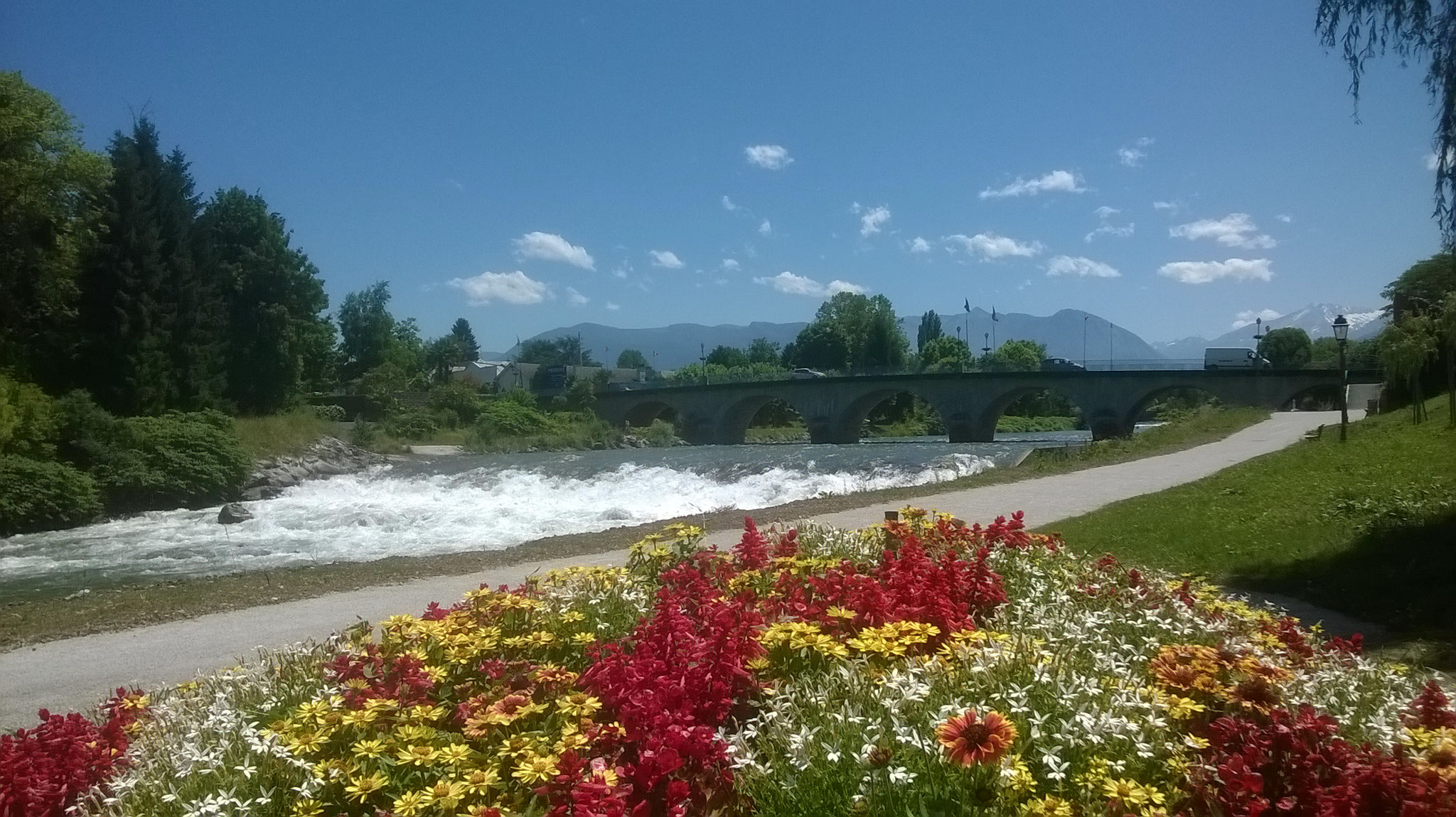 La petite ville de Nay traversée par le Gave de Pau