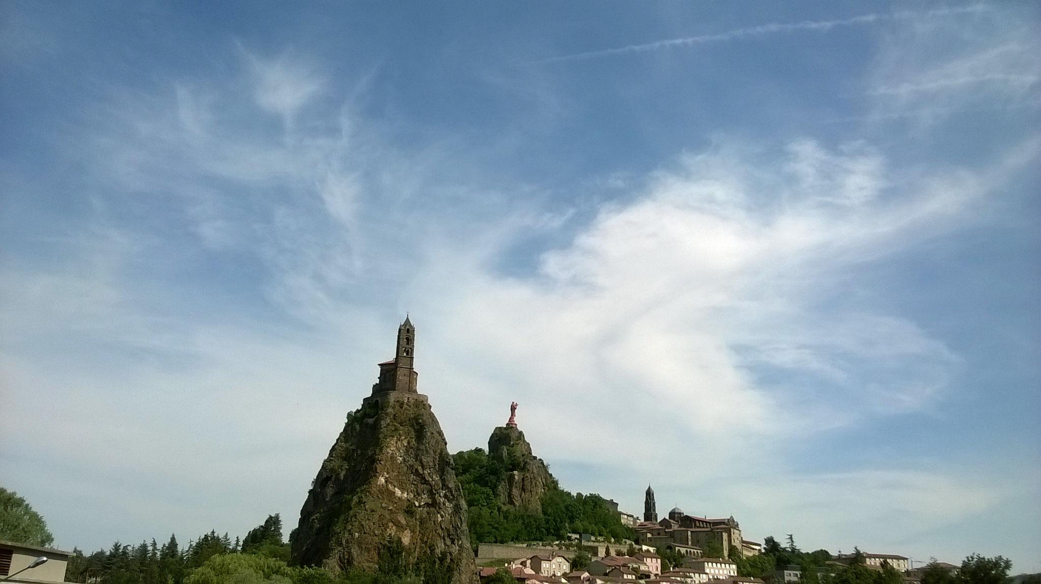 Le Puy en Velay - vue sur St Michel d'Aiguilhe et Notre Dame de France