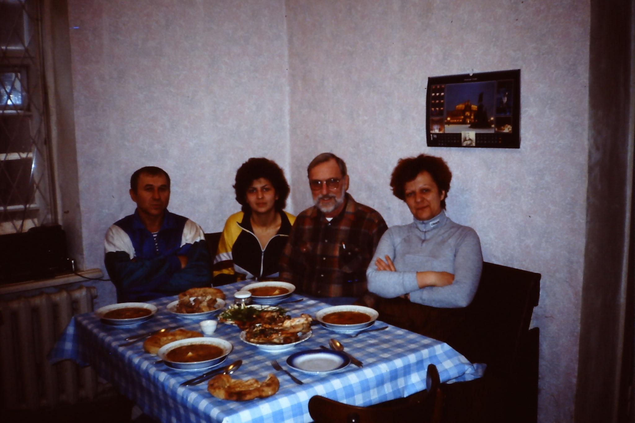 V.l.n.r. Mischa, Tanja, Father John und ich