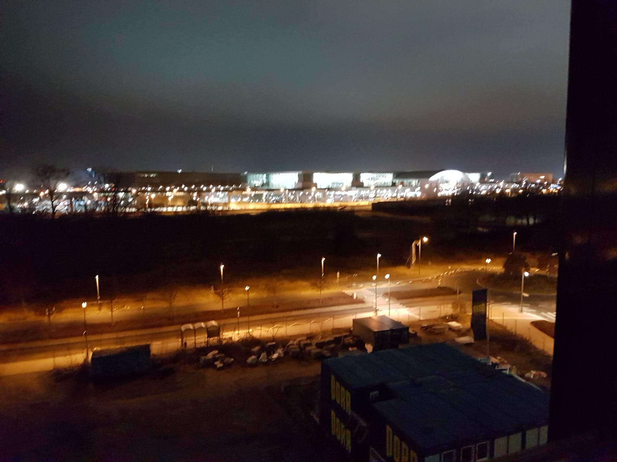 Schlaflos in Frankfurt: Blick vom Meininger-Hotel auf den Flughafen