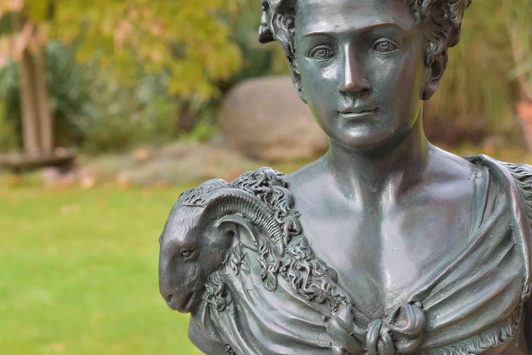 Bronzebüste CRISPINA, 42 cm