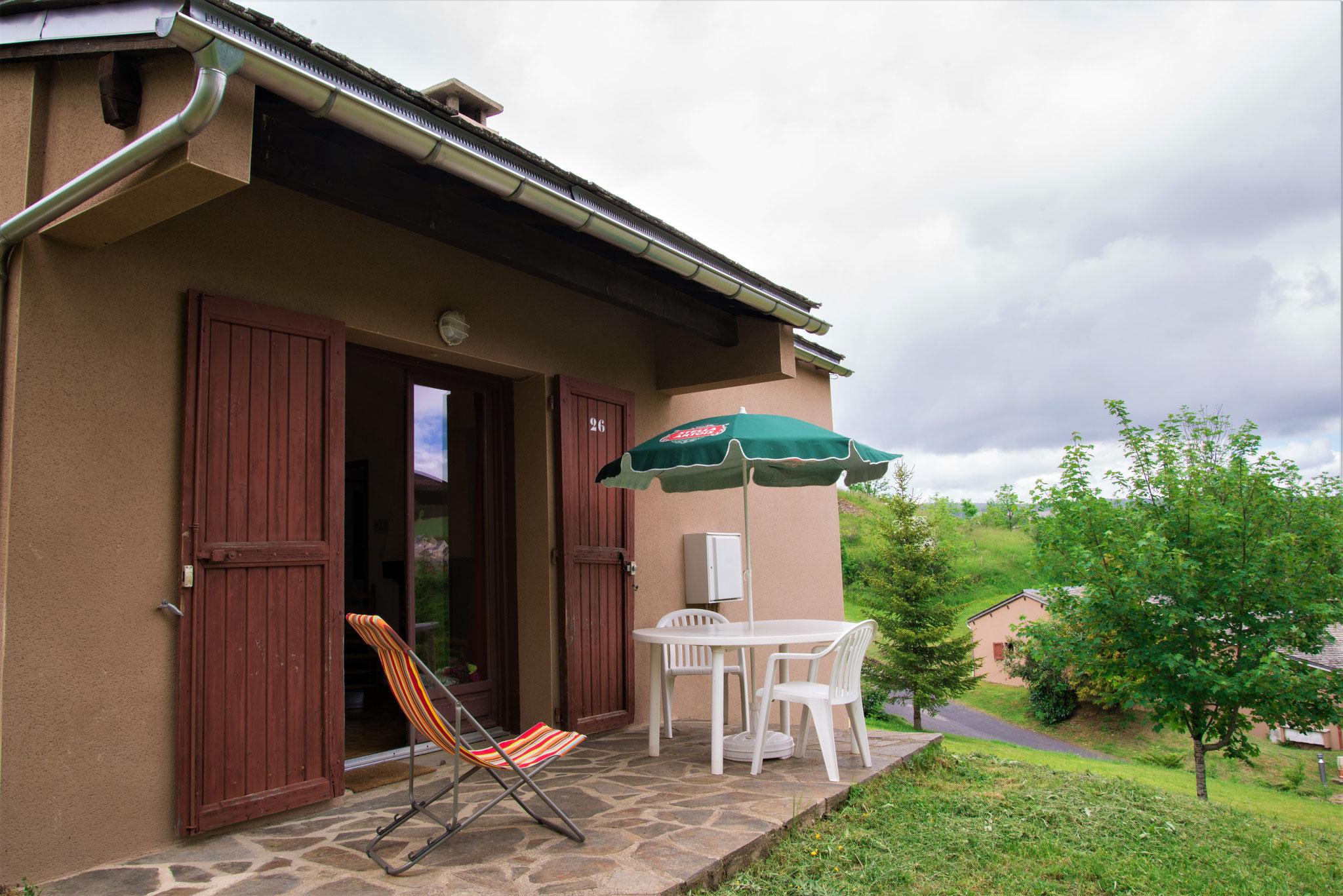 La terrasse et le salon de jardin