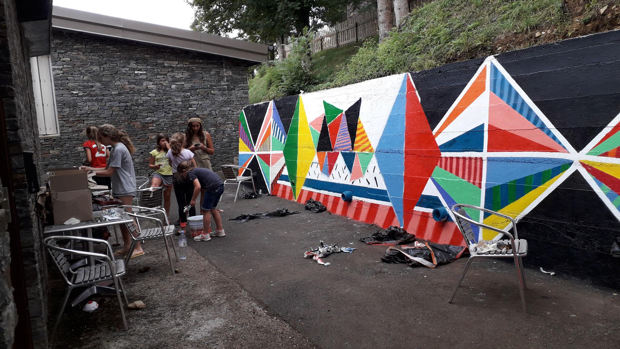Beaucoup de monde participe à la 3ème sénce de peinture
