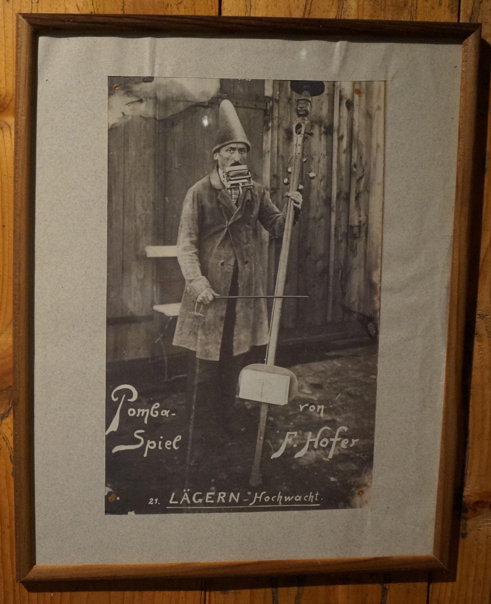 Fritz Hofer mit seinem Pomba Spiel::Foto im Unterländer Heimatmuseum Oberweningen