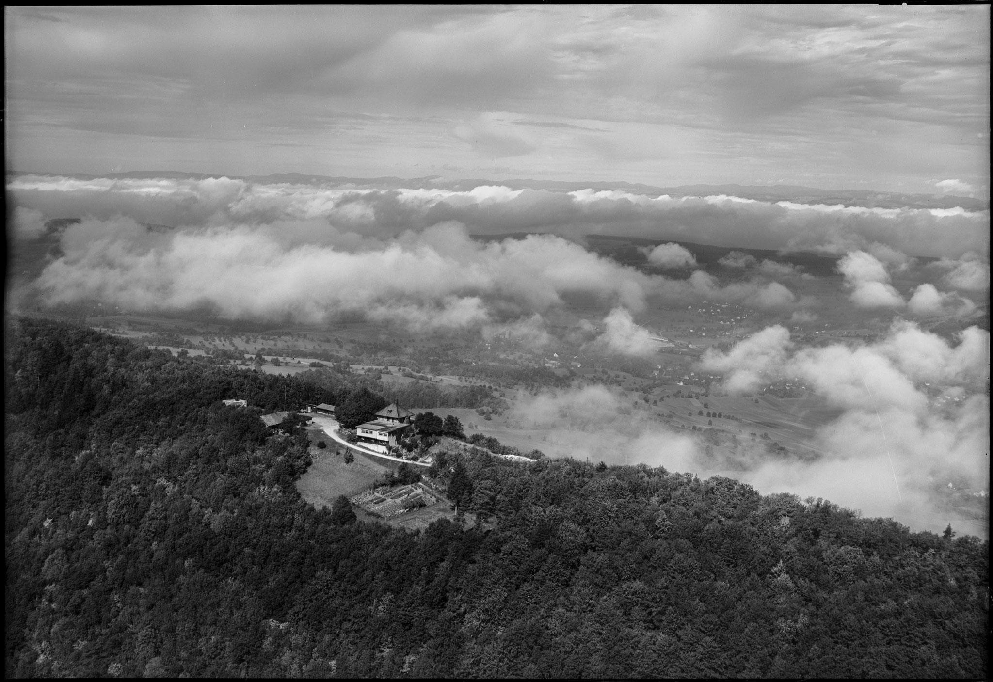 Lägern Hochwacht, tiefgeflogen, 21.9.1953 / ETH-Bibliothek Zürich, Bildarchiv/Stiftung Luftbild Schweiz / Fotograf: Friedli, Werner / LBS_H1-015949 / CC BY-SA 4.0