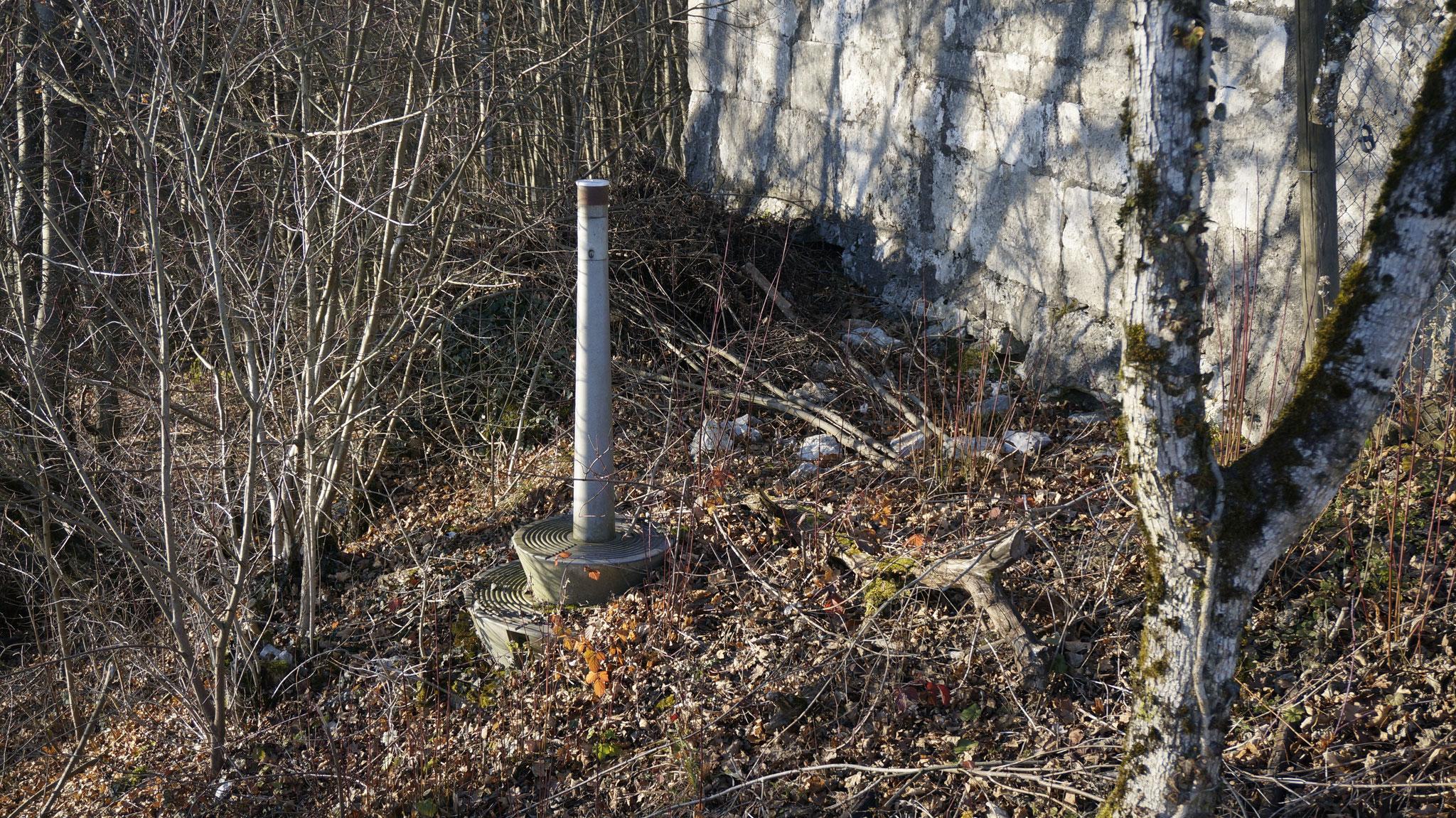 Was hat dieser Metallsockel südlich des Wachthaus-Fundaments von 1689 zu suchen?