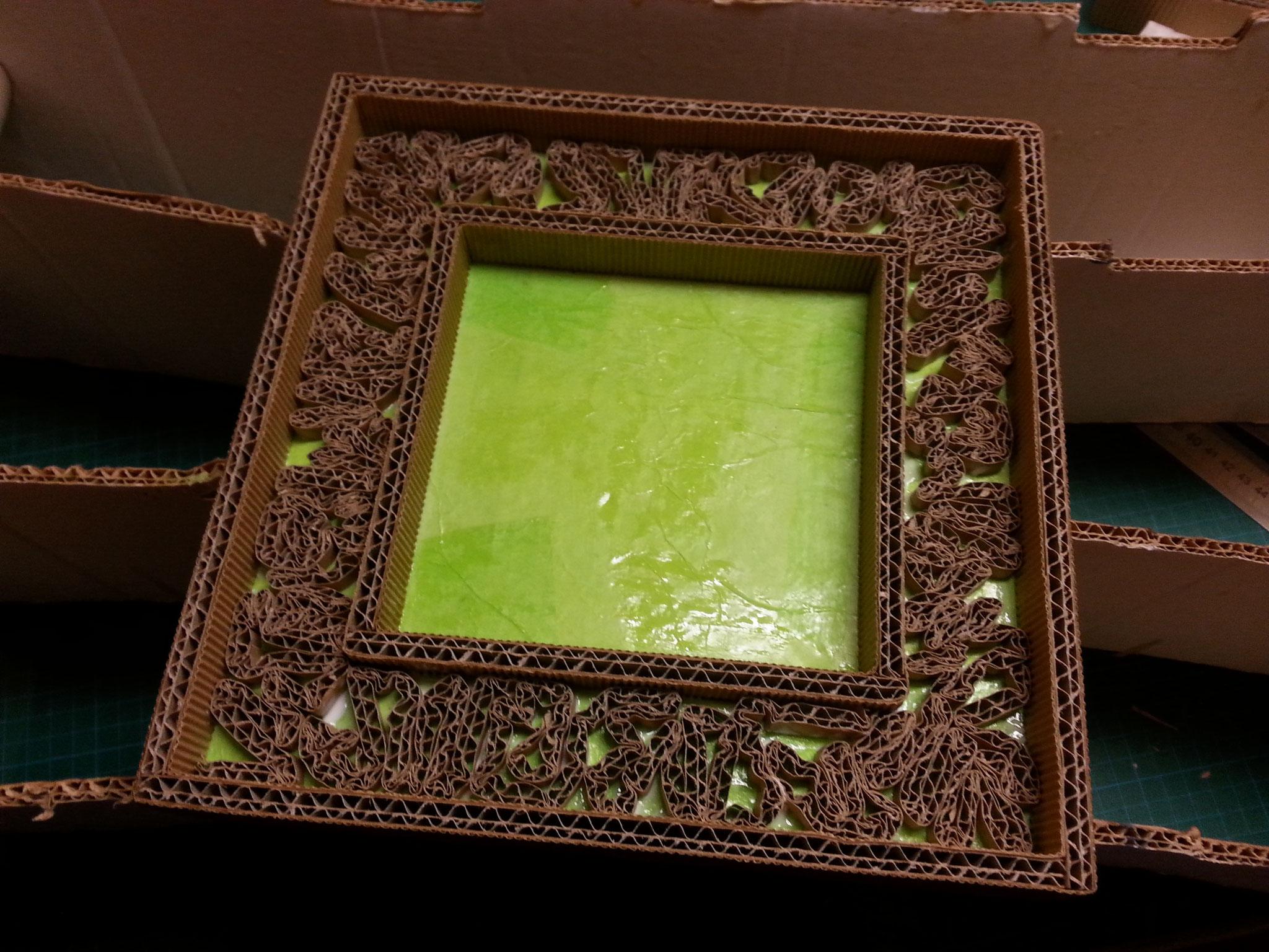 recouvrir dune couche de vernis les parties en carton ondulé ( les bordures intérieurs et extérieurs de l'encadrement).