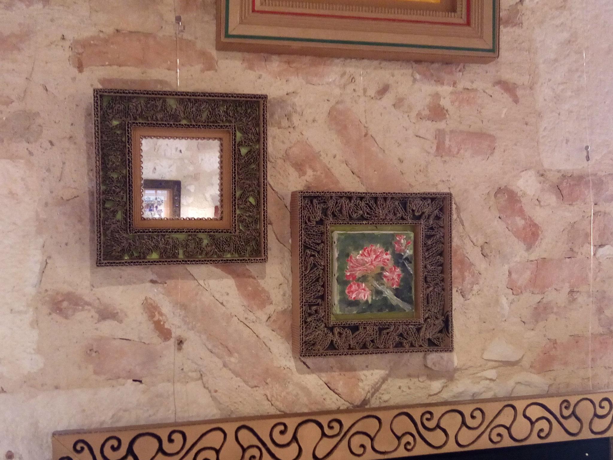 Une peinture dans l'un, un miroir dans l'autre.