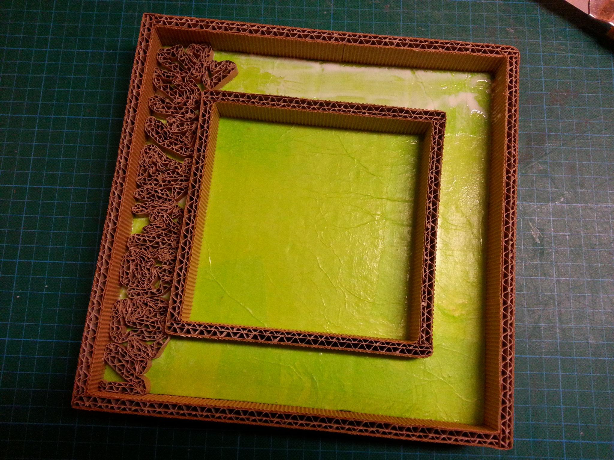 Recouvrement de la bordure avec des frisottis de carton ( bandes de carton découpées et collées sur la tranche).