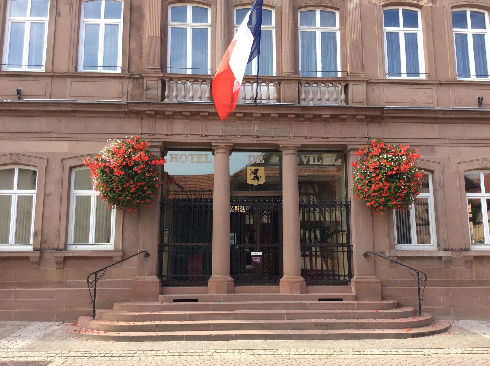 La mairie dans la rue du gîte