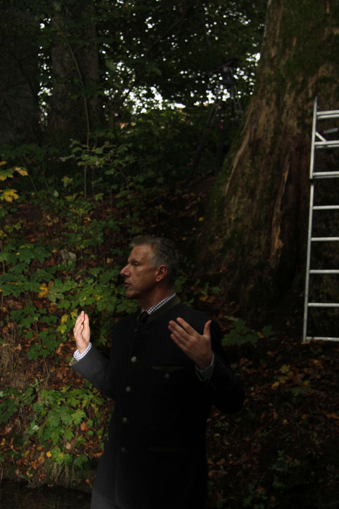 Landrat Dr. Schmid begrüßt zu Beginn der Preisverleihung unmittelbar im Wald