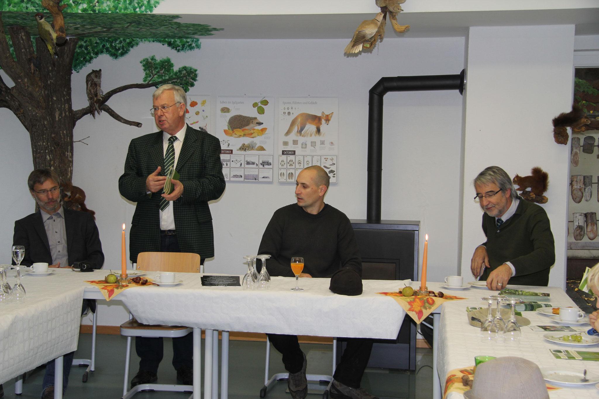 die Übergabe der Preise durch den Kreisvorsitzenden Werner Gebele der SDW BC in der Waldschule Fürstenwaldschule