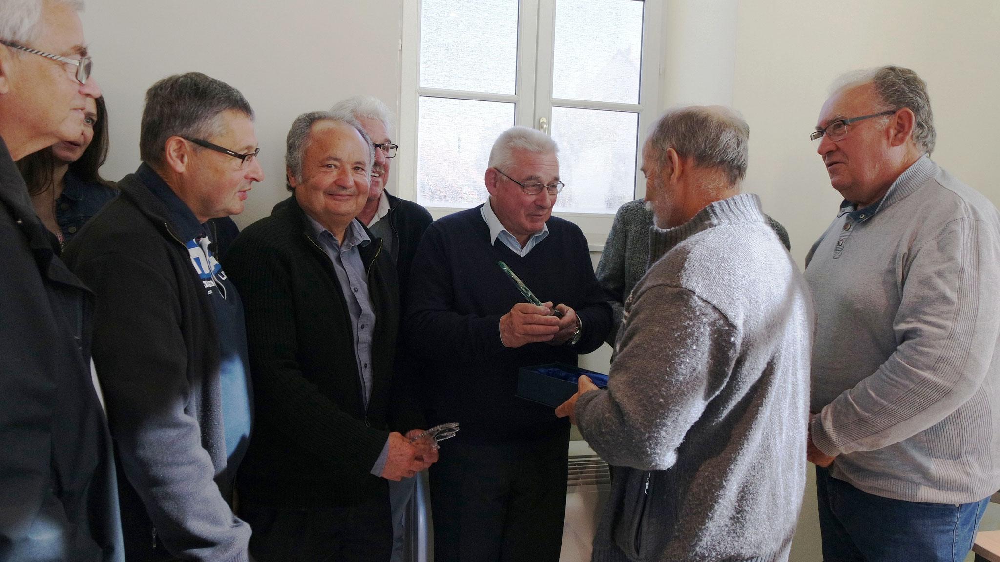 Gérard Thallinger remet le trophée à notre Maire