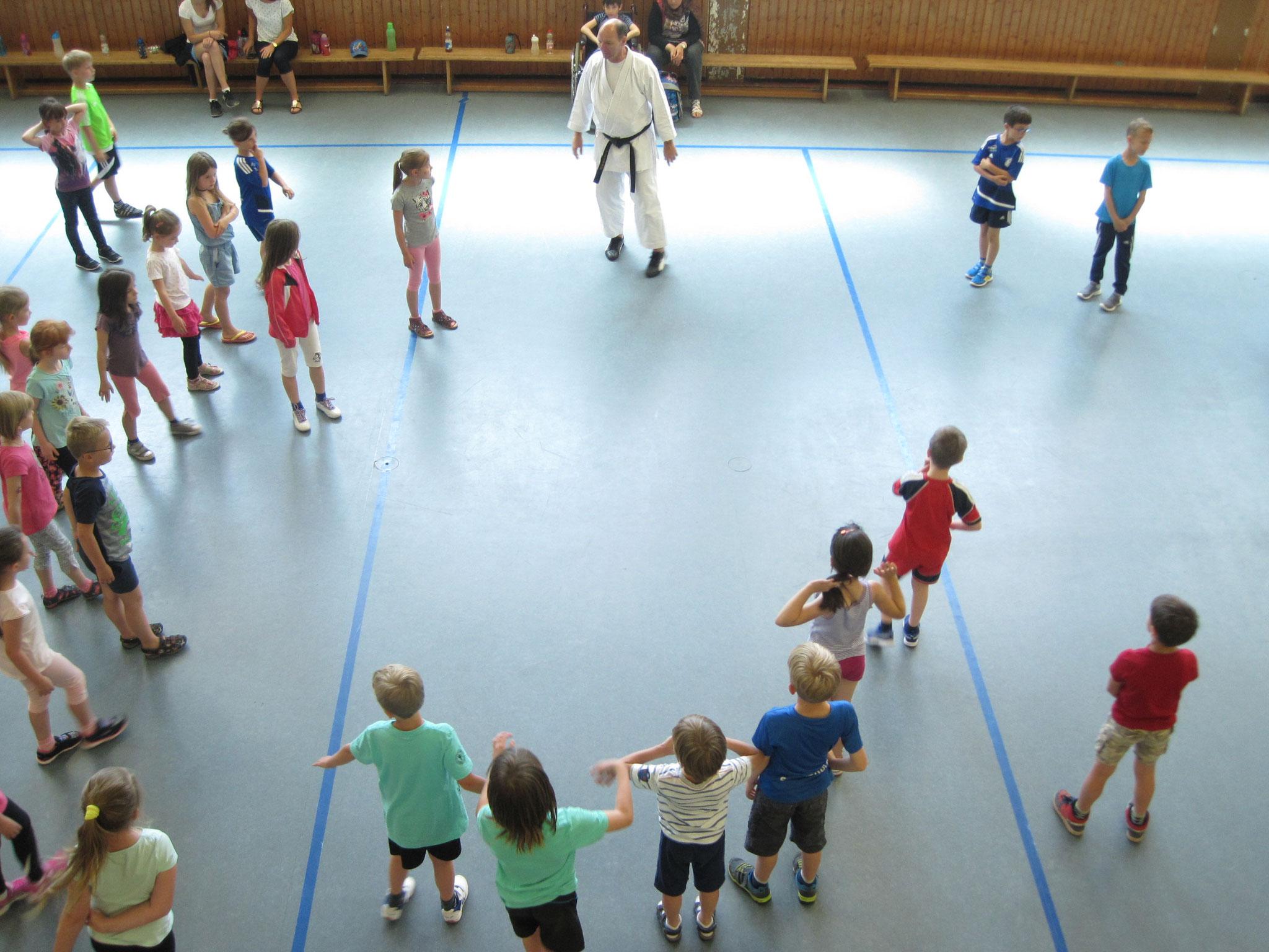Kinder bekommen erste Übungen erklärt