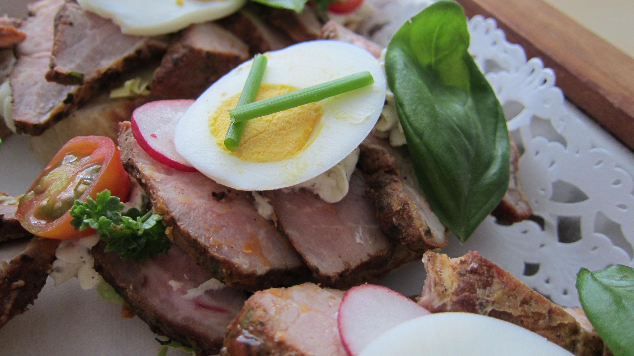 Schweine Steak gebraten und dünn aufgeschnitten