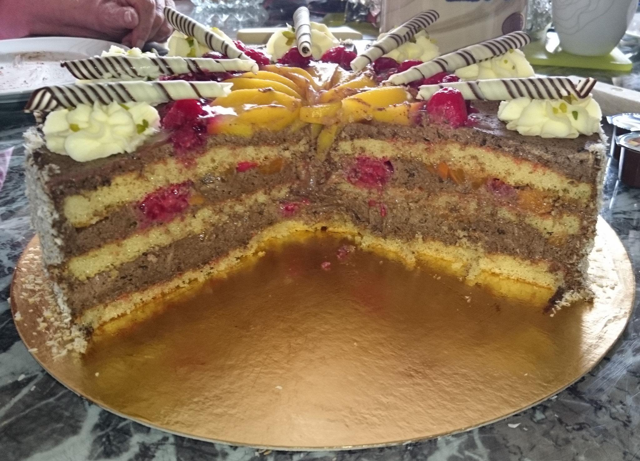 Schoko - Rahm - Torte angeschnitten