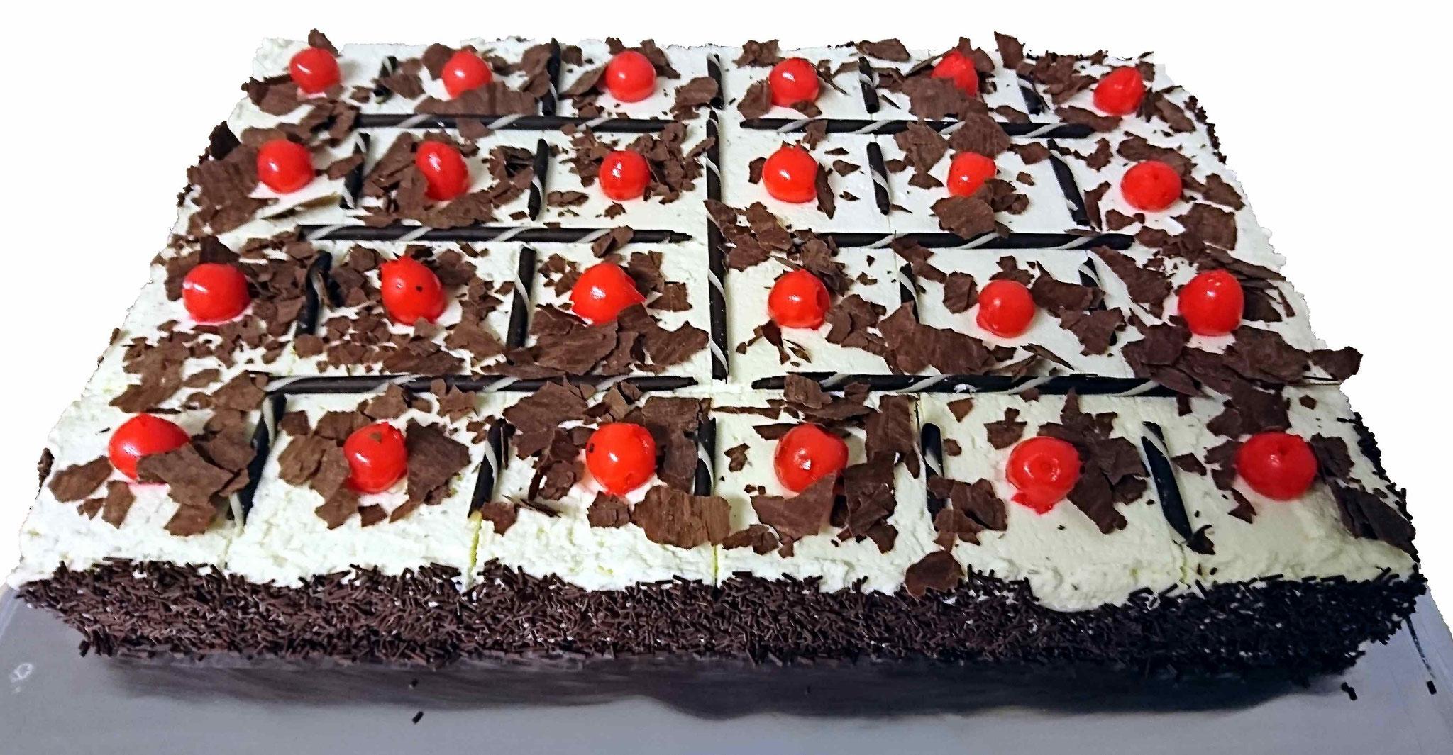 Schwarzwälder Torte, Portionen. Stk. ca. 4cm x 4cm. Tortengrösse L: ca. 42cm, B: ca. 28cm, H: ca. 5cm. 24 Portionen