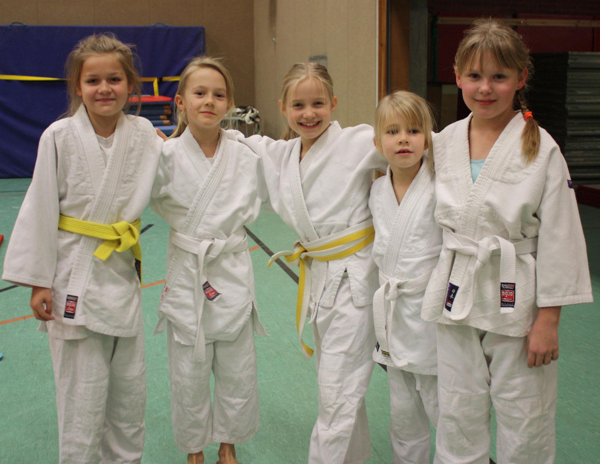 Der hoffnungsvolle weibliche Judo-Nachwuchs (Leonie, Emily, Lya, Marie, Sina).