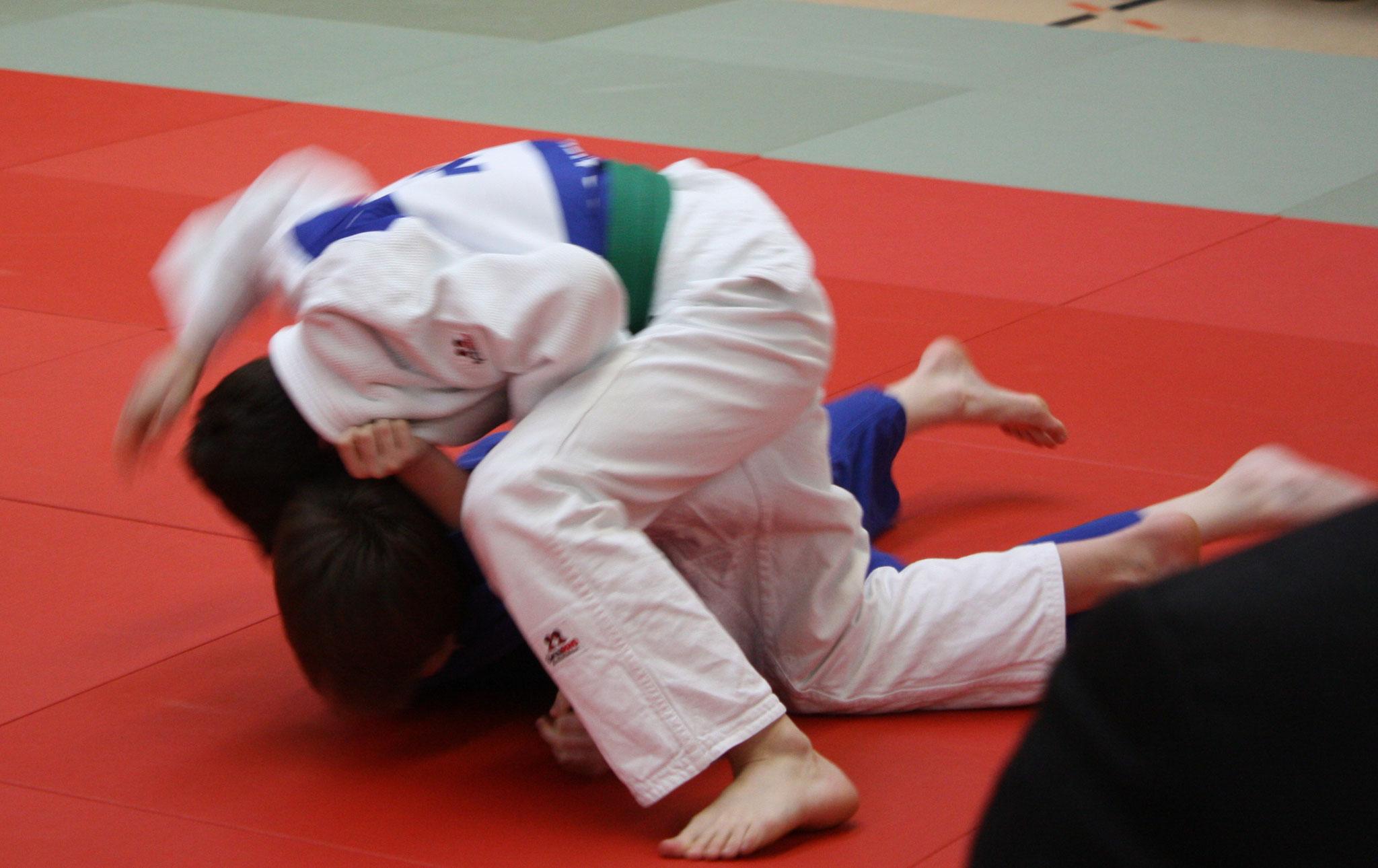 Erik Gardt im weißen Anzug – hält seinen Gegner zum Siegpunkt.