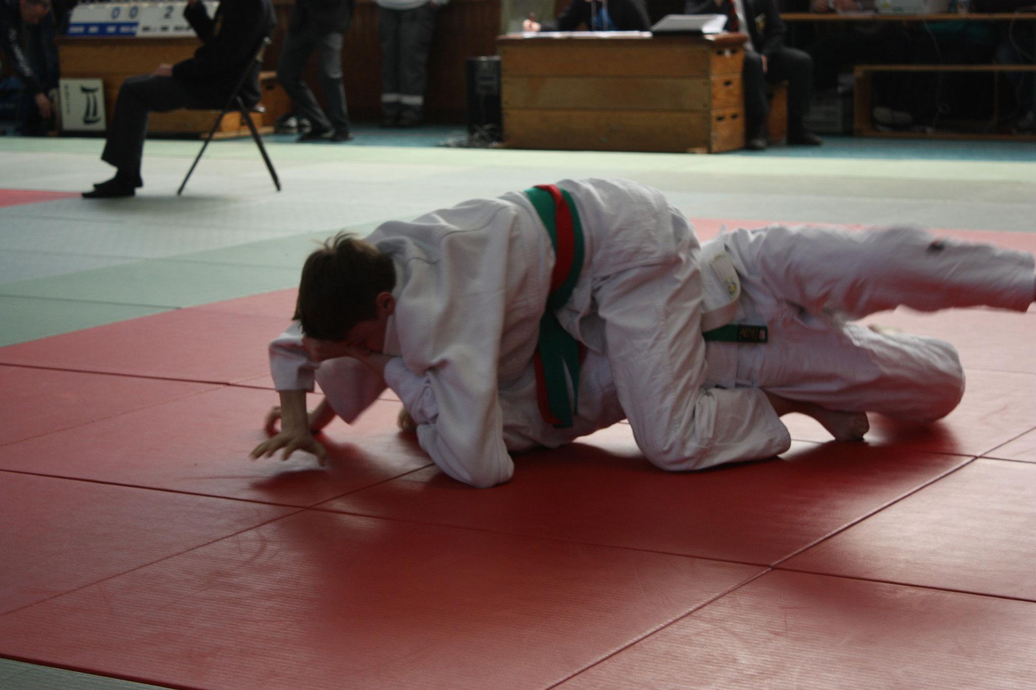 Kolja Pätzold hat seinen Gegner im Haltegriff.
