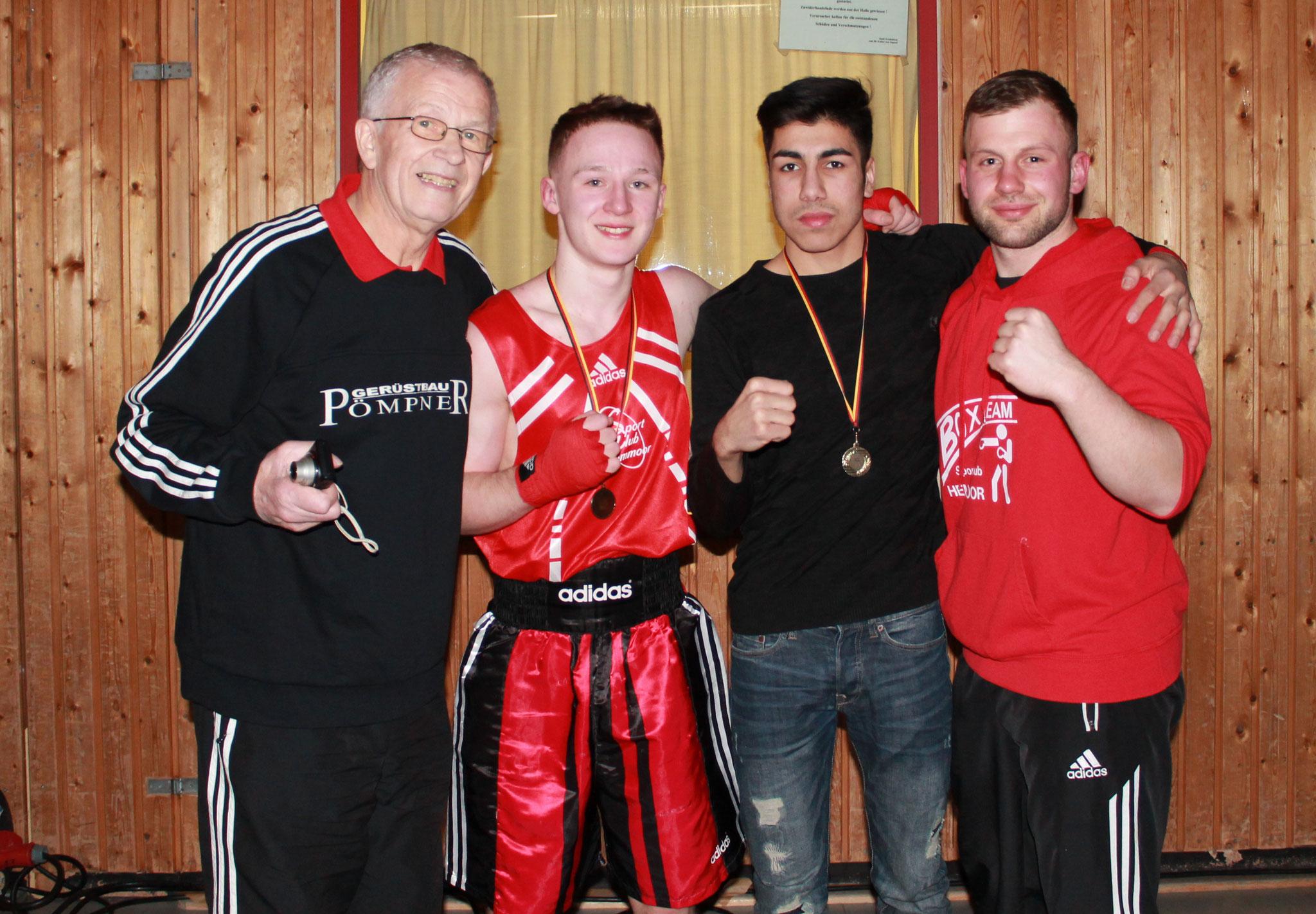 v.l.: Trainer u. Abteilungsleiter Siegfried Stinski, die Weser-Ems-Meister Menal Topcu und Ilja Cistjakovs, Co-Trainer Nico Grüner.