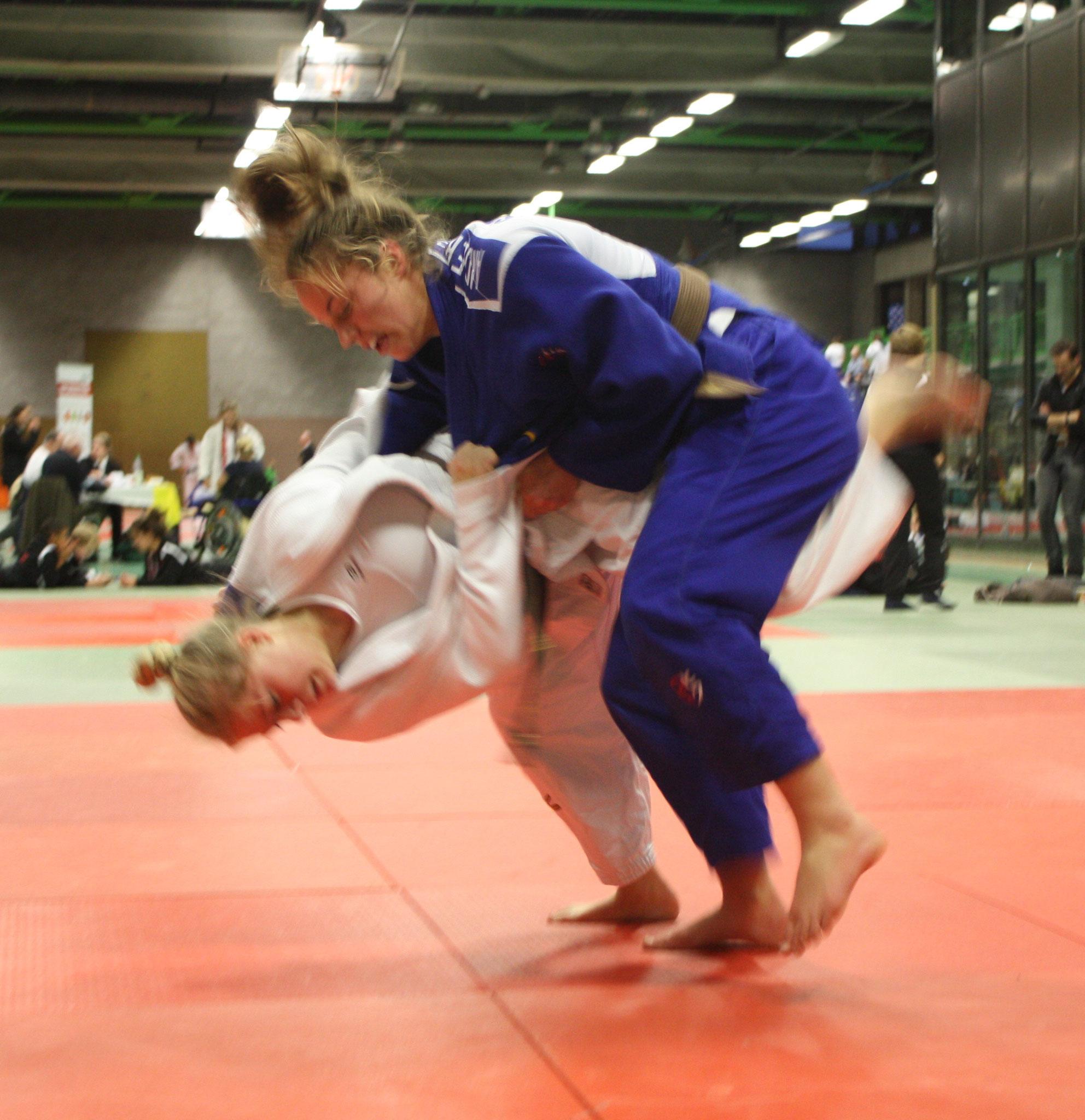 Chiara Pätzold im weißen Judogi gegen die Schwedin im Kampf um Platz 3