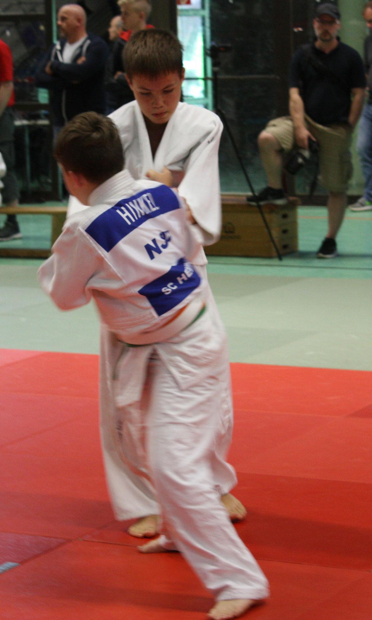Andreas Hinkel versucht den Gegner in Wurfposition zu bringen.