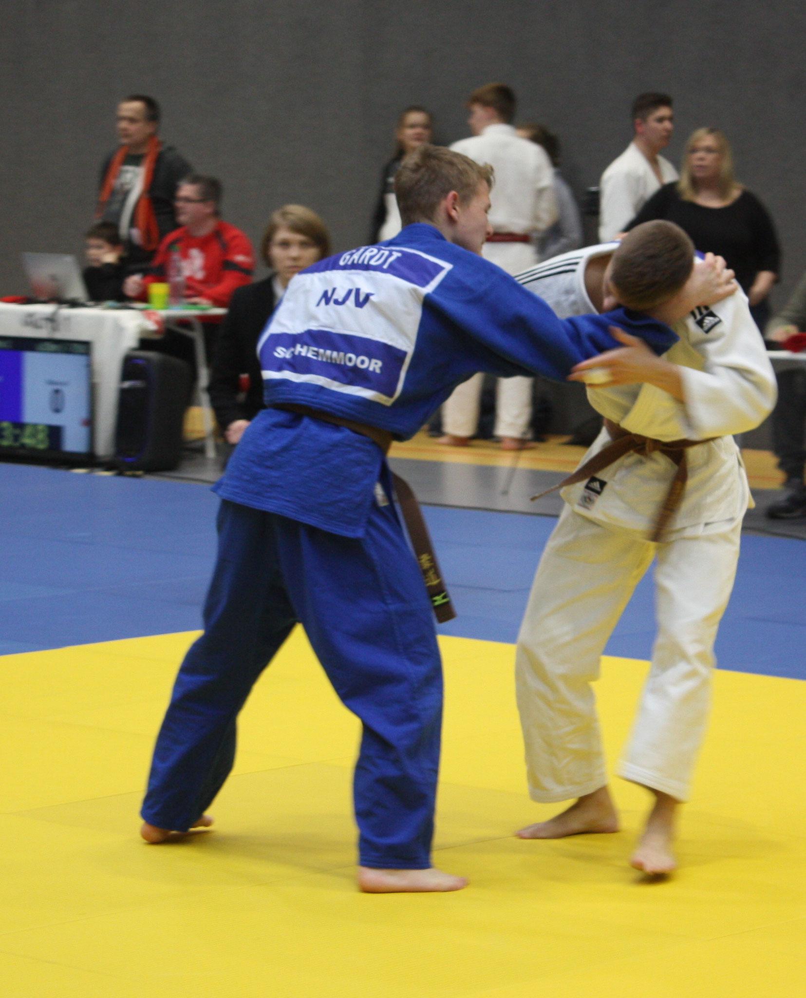 Daniel Gardt (in blau) versucht seinen Gegner in Wurfposition zu ziehen