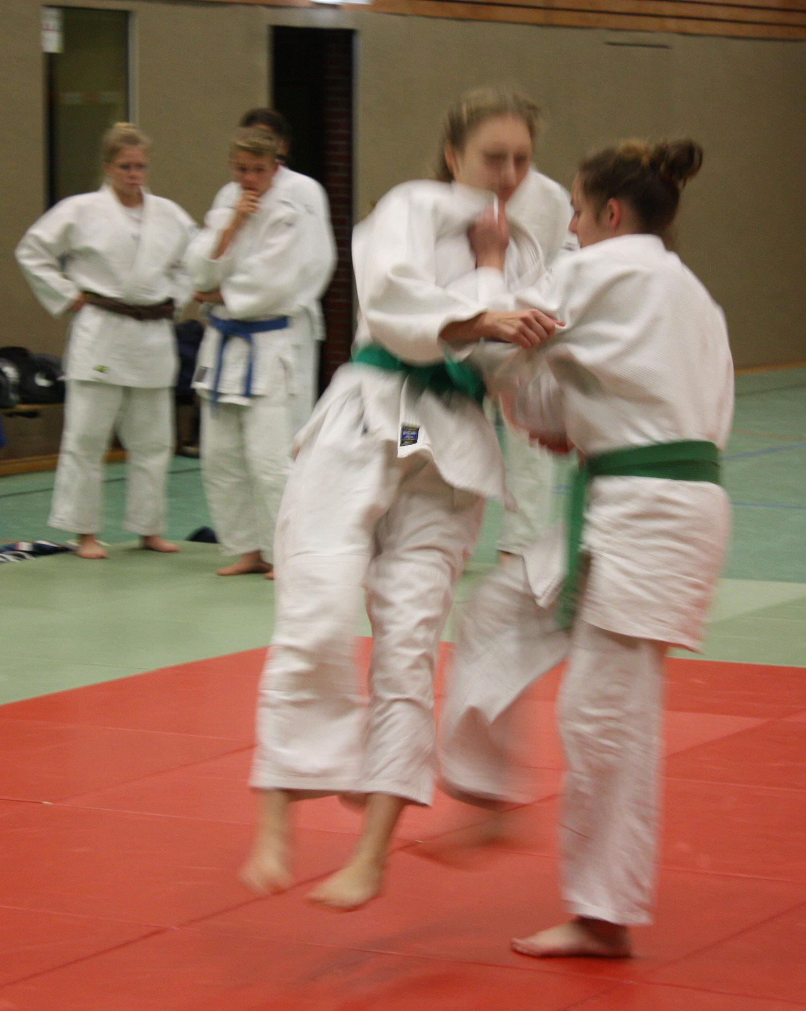 Michelle Koschel wirft Ihre Partnerin in der Kata mit einem Fußwurf.