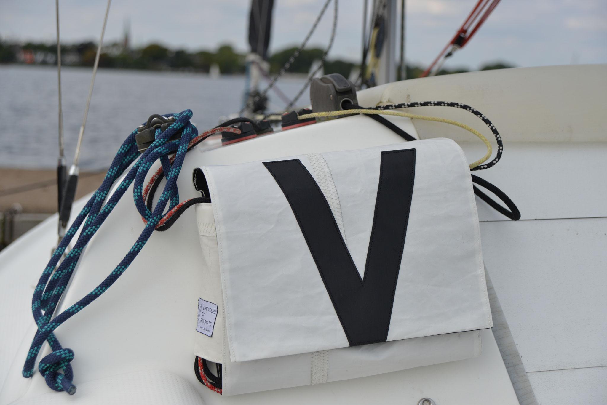 die Taschen haben den cleanen VARIANTA 18 look in schwarz und weiss. Auf der Backbord- Tasche ist das V eingearbeitet und auf der Steuerbordtasche- Tasche das A