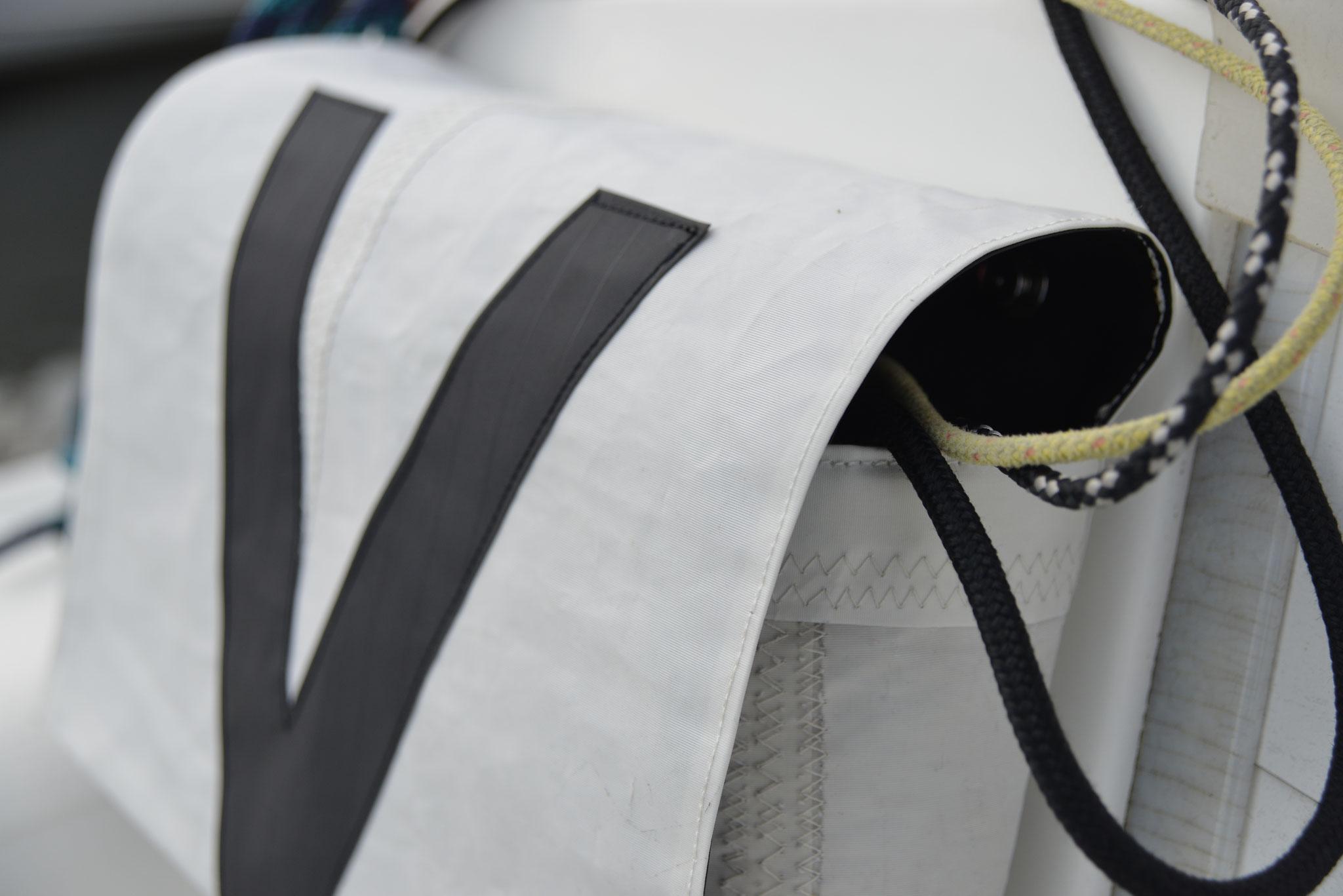 optimal abgestimmte Seitenöffnungen; oben um eingesetzte Leinen zu führen und unten um Wasser ablaufenzulassen