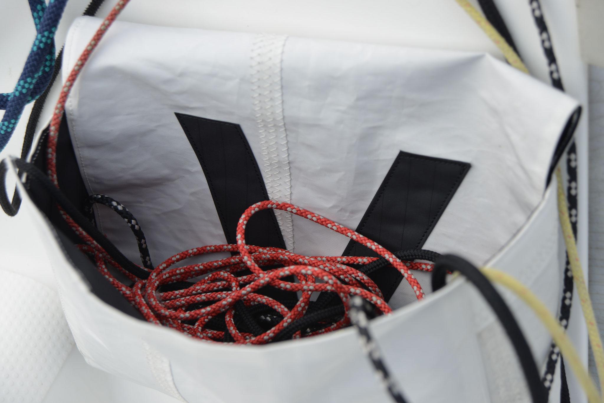die Tasche kann offen und geschlossen genutzt werden - die Lasche wird einfach nach innen geklappt
