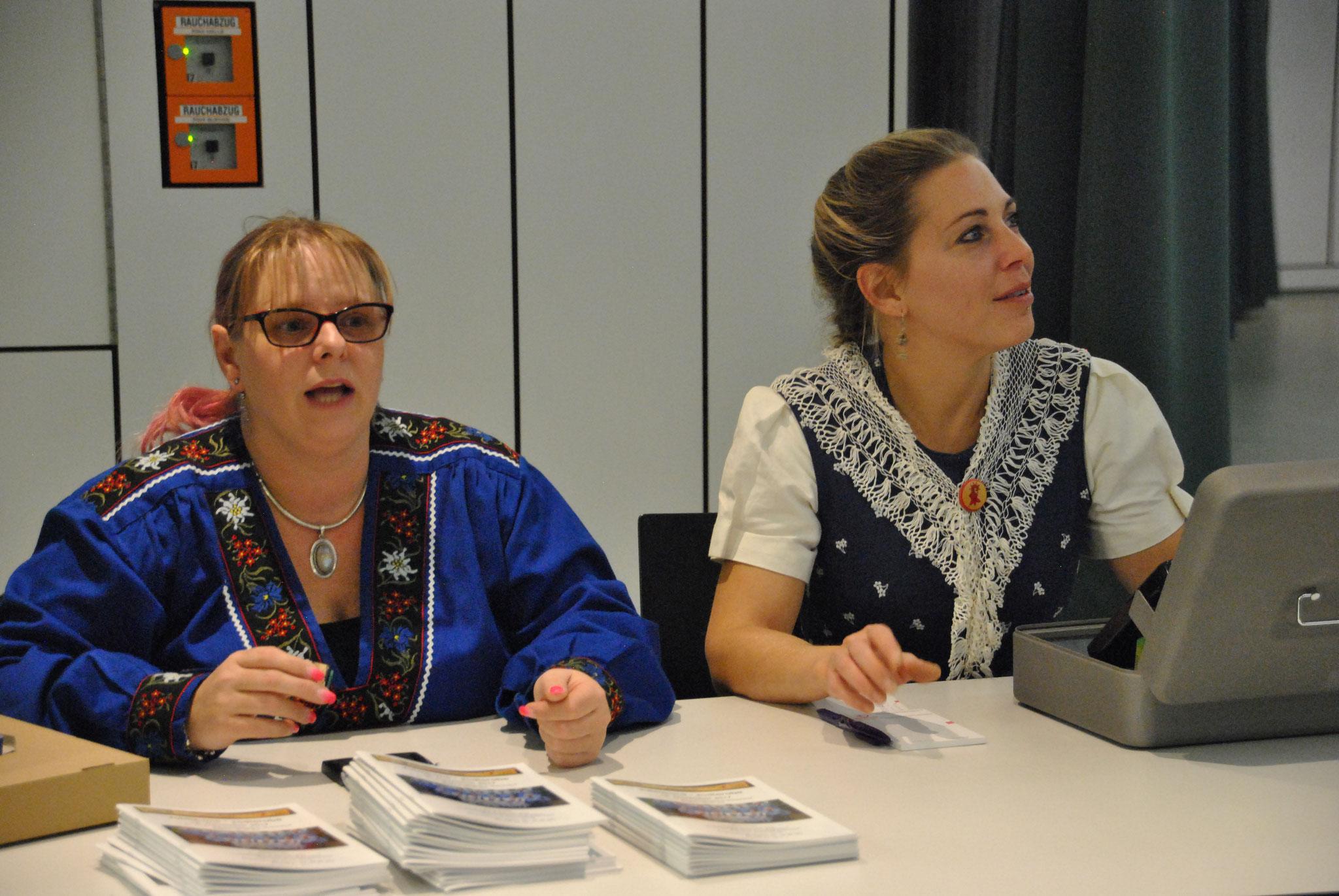 Carmen und Bernadette an dr Kasse