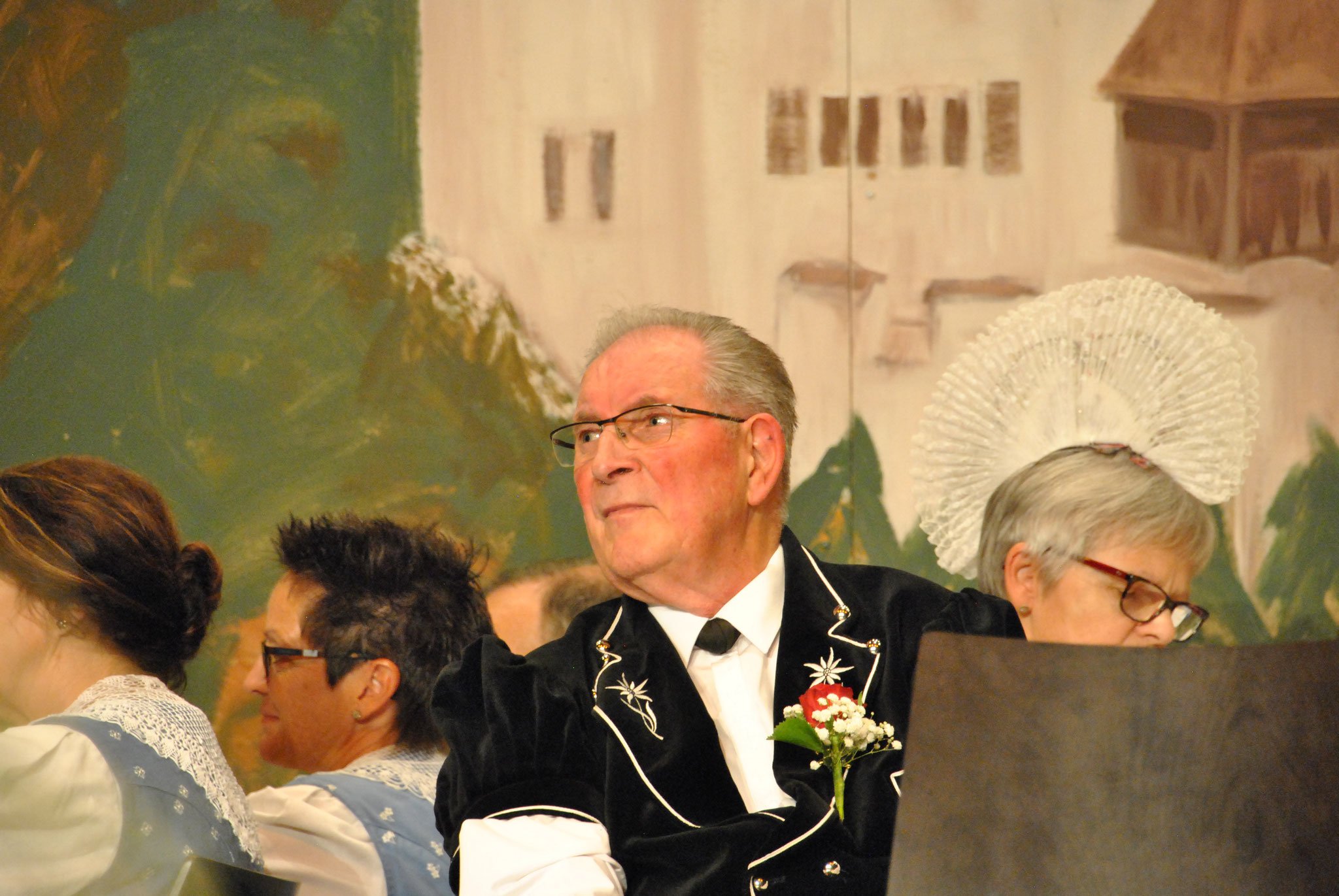 Dr Peter euse Dirigent muess guet lose was de verzellt am Mikrofon.