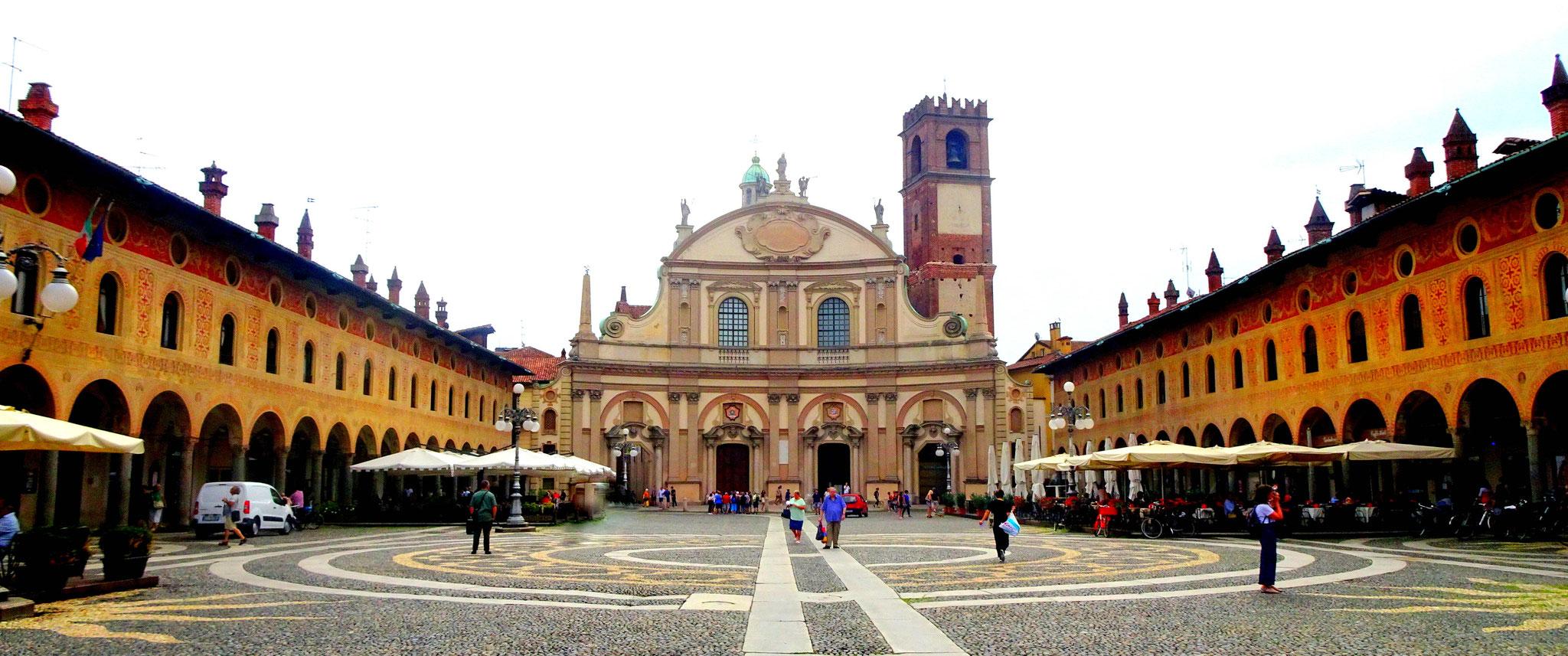 Cathédrale de Vigevano au fond de la Place Ducale