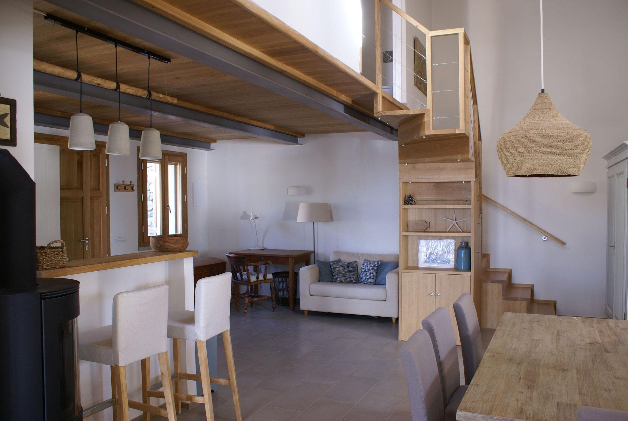 Diele mit Küchentresen, Treppenaufgang und Essplatz